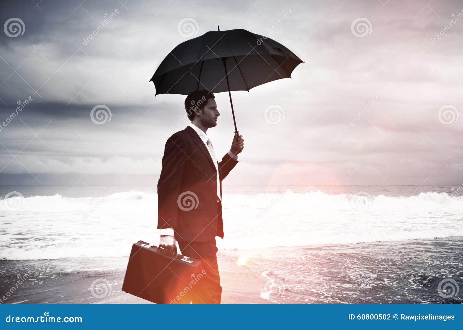 Hombre de negocios solo Walking por el concepto de la playa