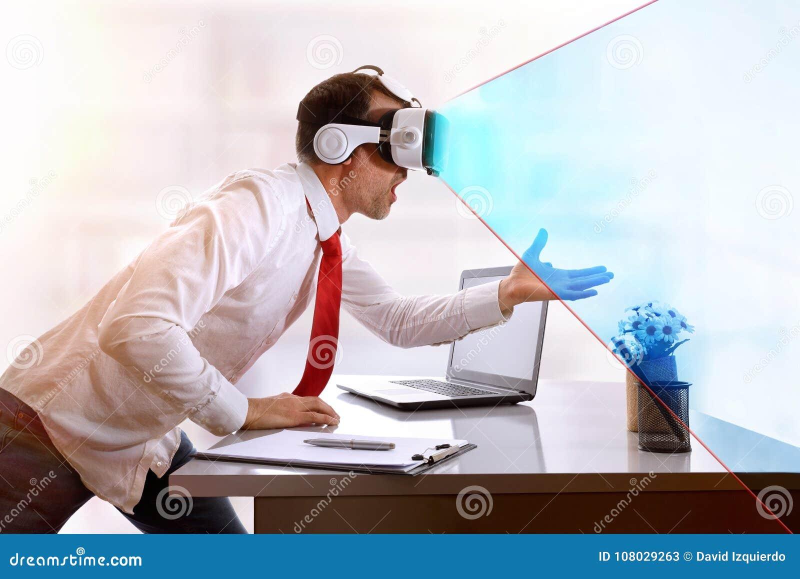 Hombre de negocios sorprendido con los vidrios de la realidad virtual y visi azul
