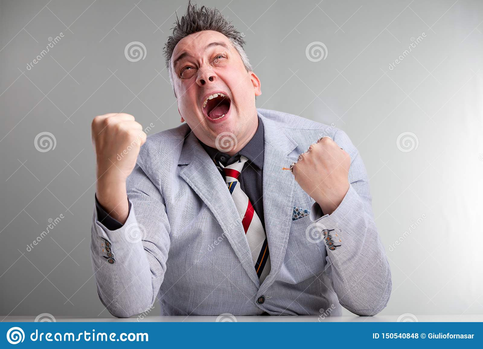 Hombre de negocios temperamental enojado frustrado