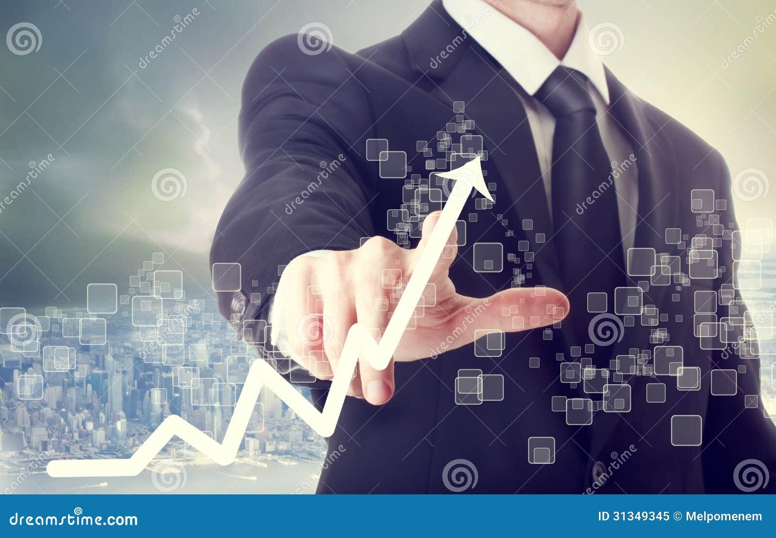 Hombre de negocios Touching una carta que indica crecimiento