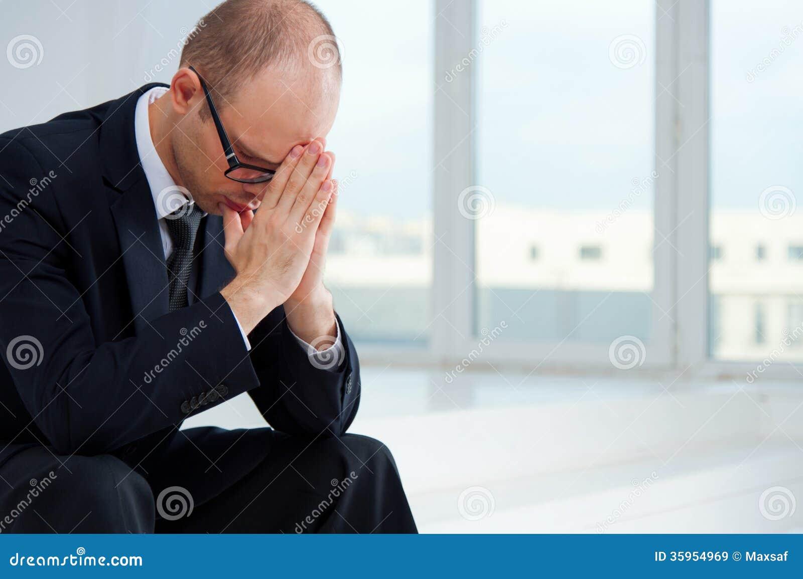 Hombre de negocios triste
