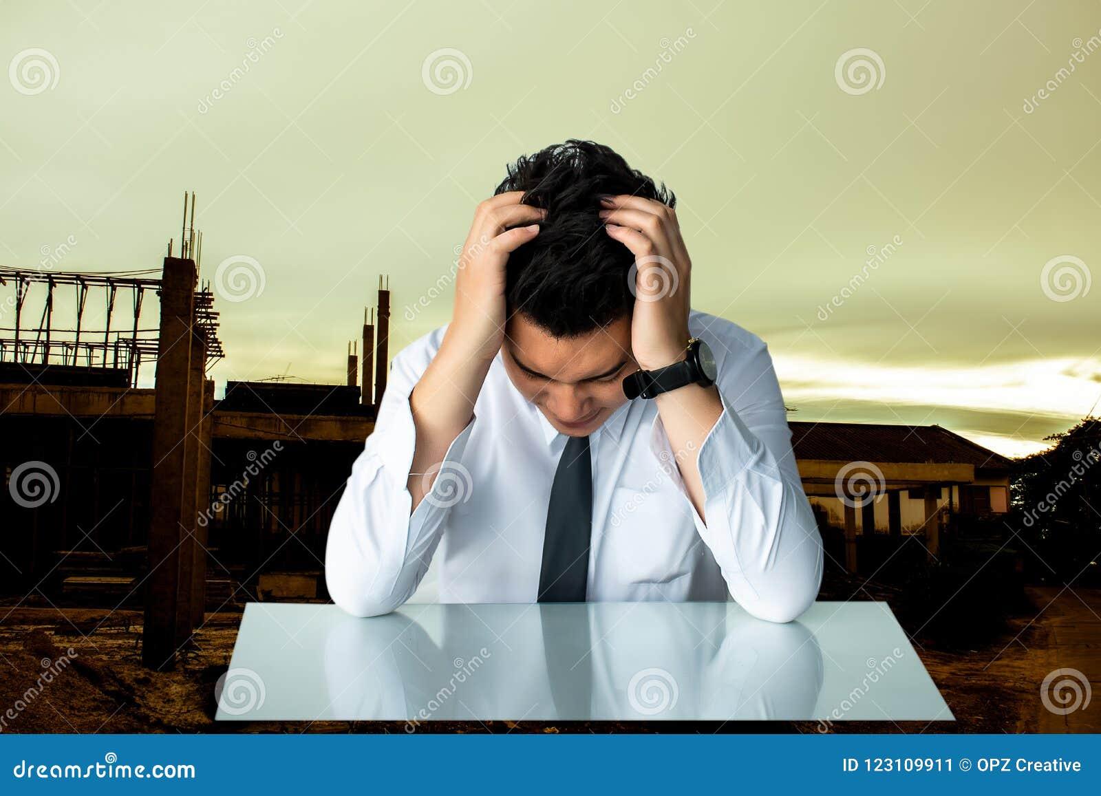 Hombre de negocios triste asiático de la sentada o del estrecho del hombre de negocios que sienta el ch