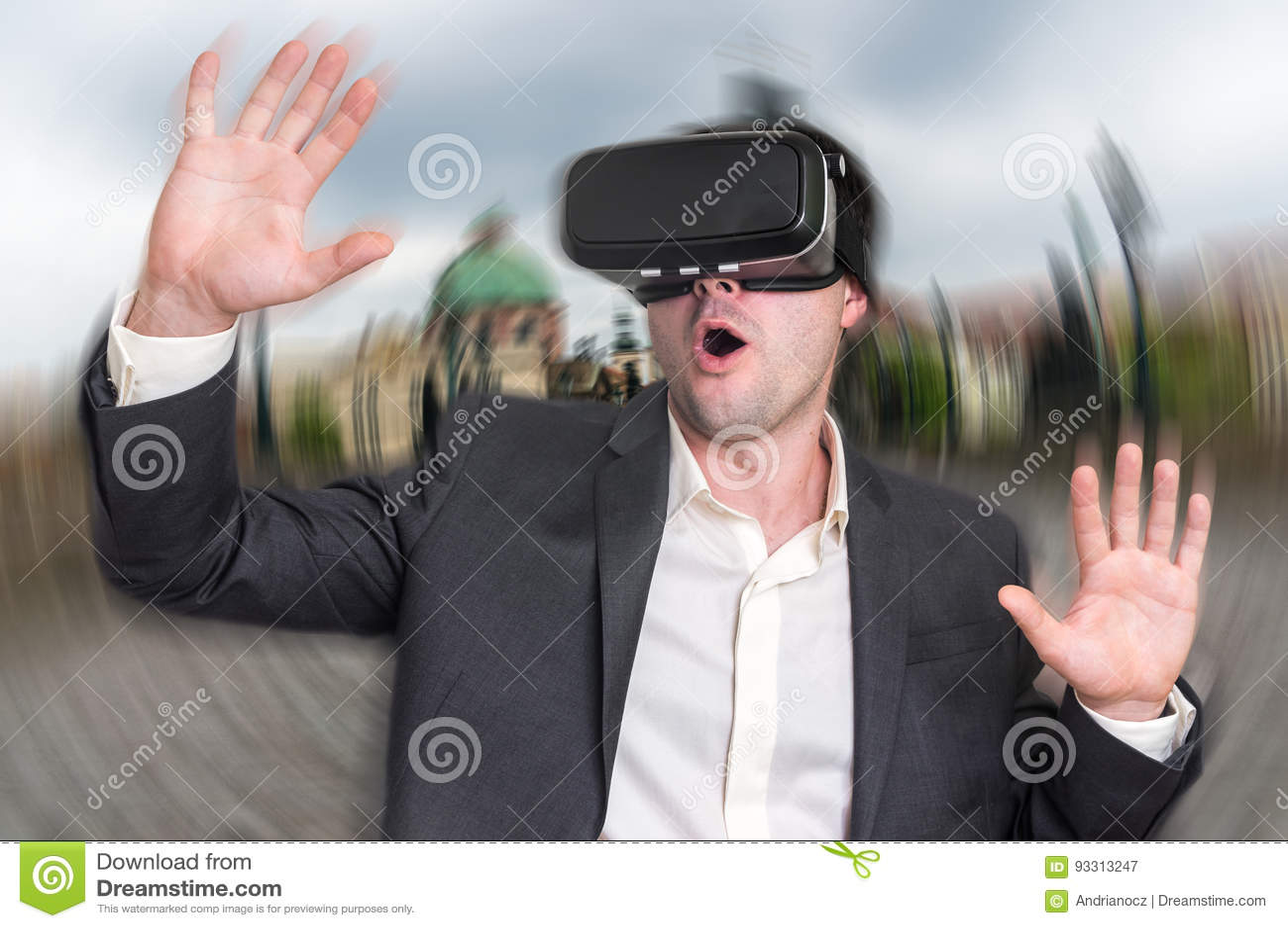 Hombre de negocios usando los vidrios de las auriculares de la realidad virtual