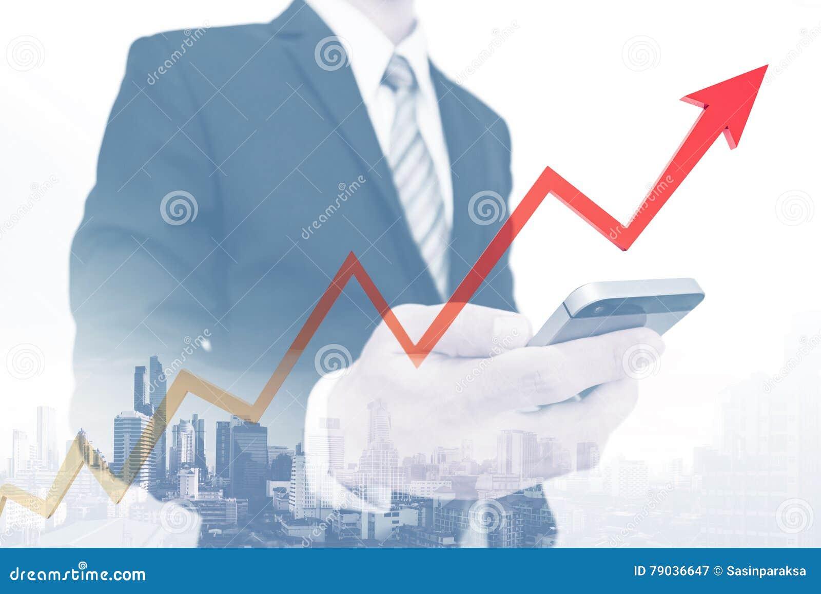 Hombre de negocios usando smartphone con el levantamiento encima de la flecha, representando crecimiento del negocio