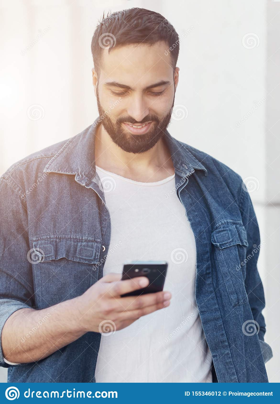 Hombre de negocios usando smartphone