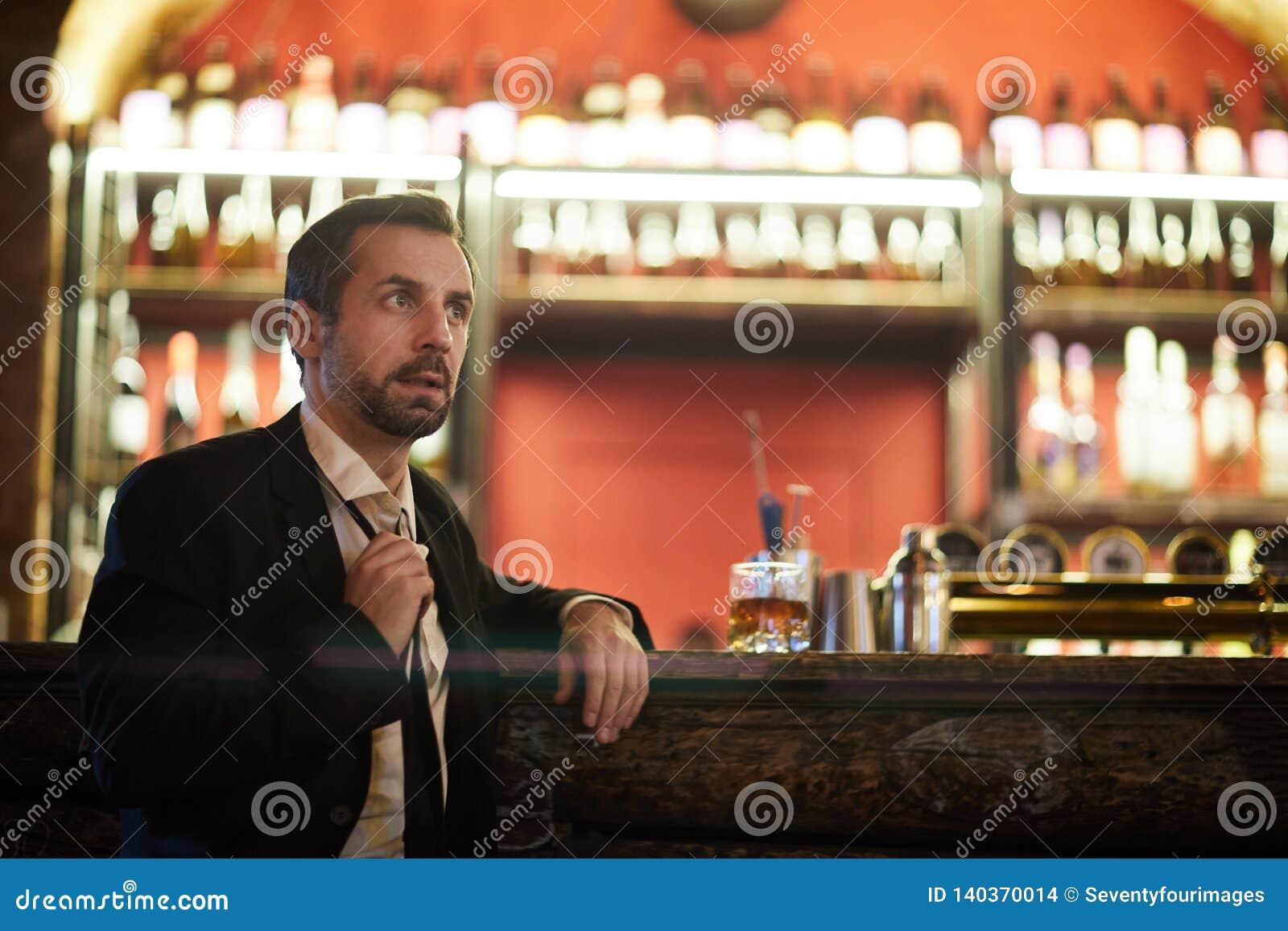 Hombre de negocios Waiting en barra
