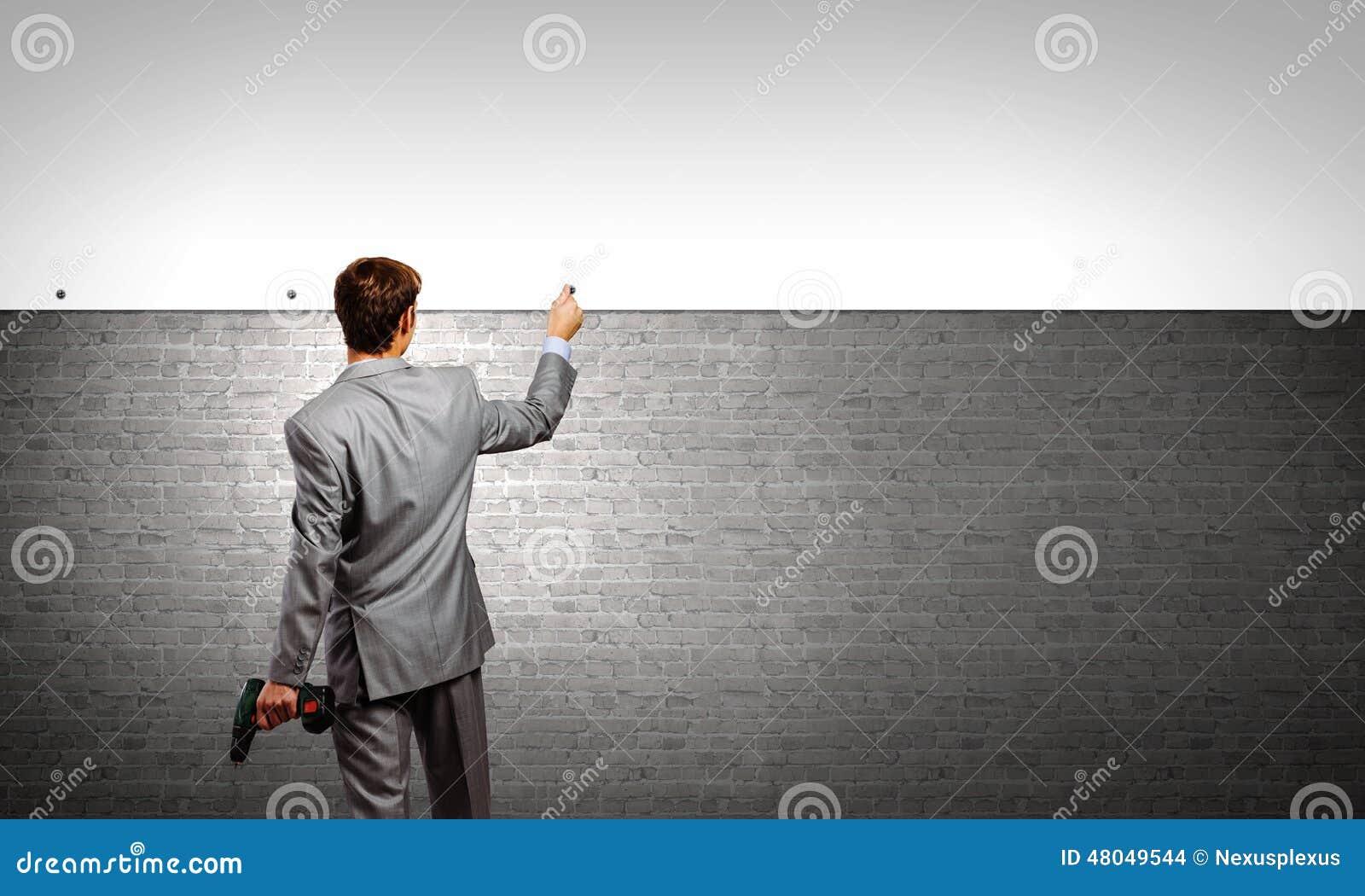 Hombre de negocios y bandera en la pared foto de archivo - Reparador de baneras ...