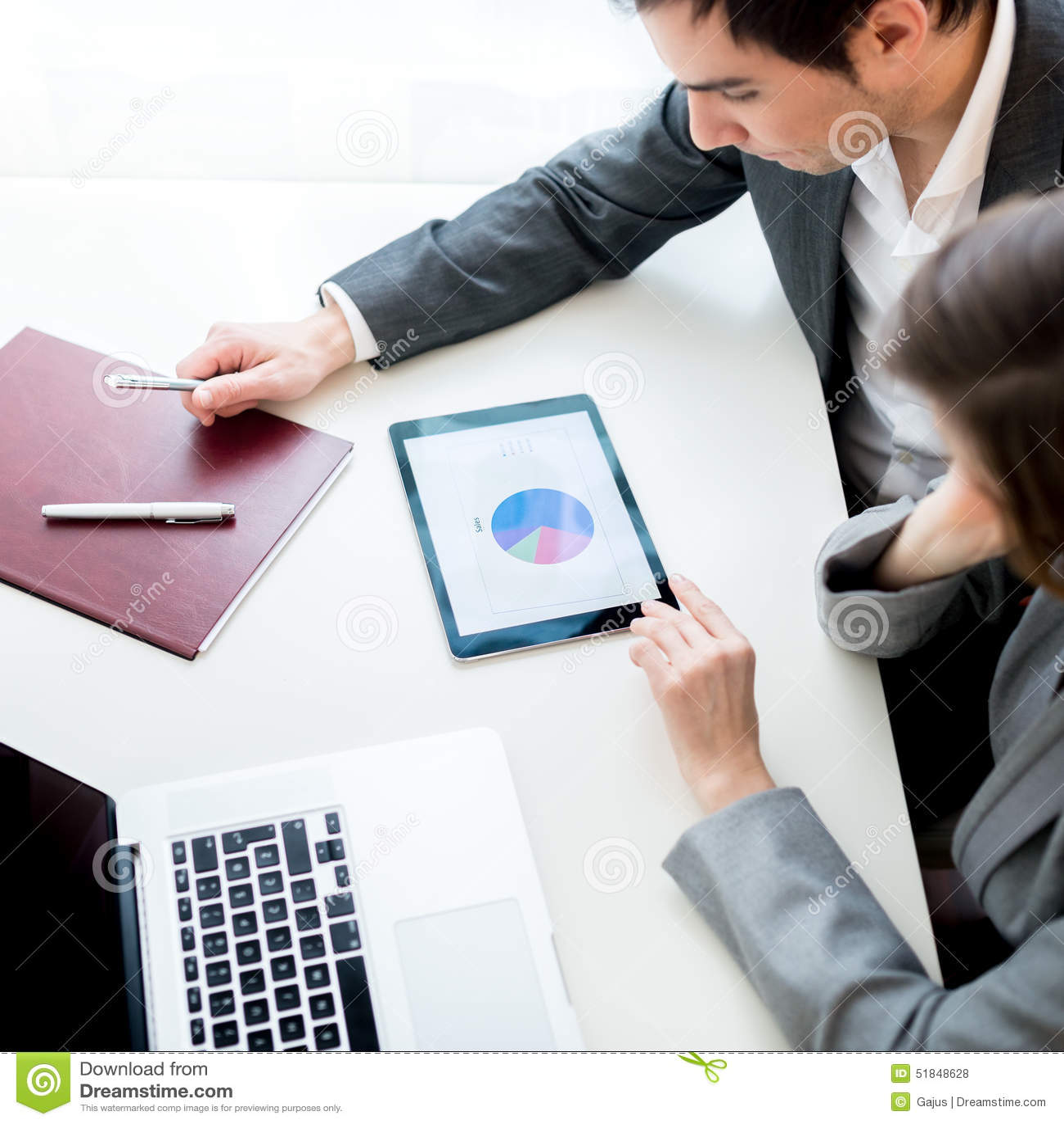 Hombre de negocios y empresaria, analizando un negocio estadístico