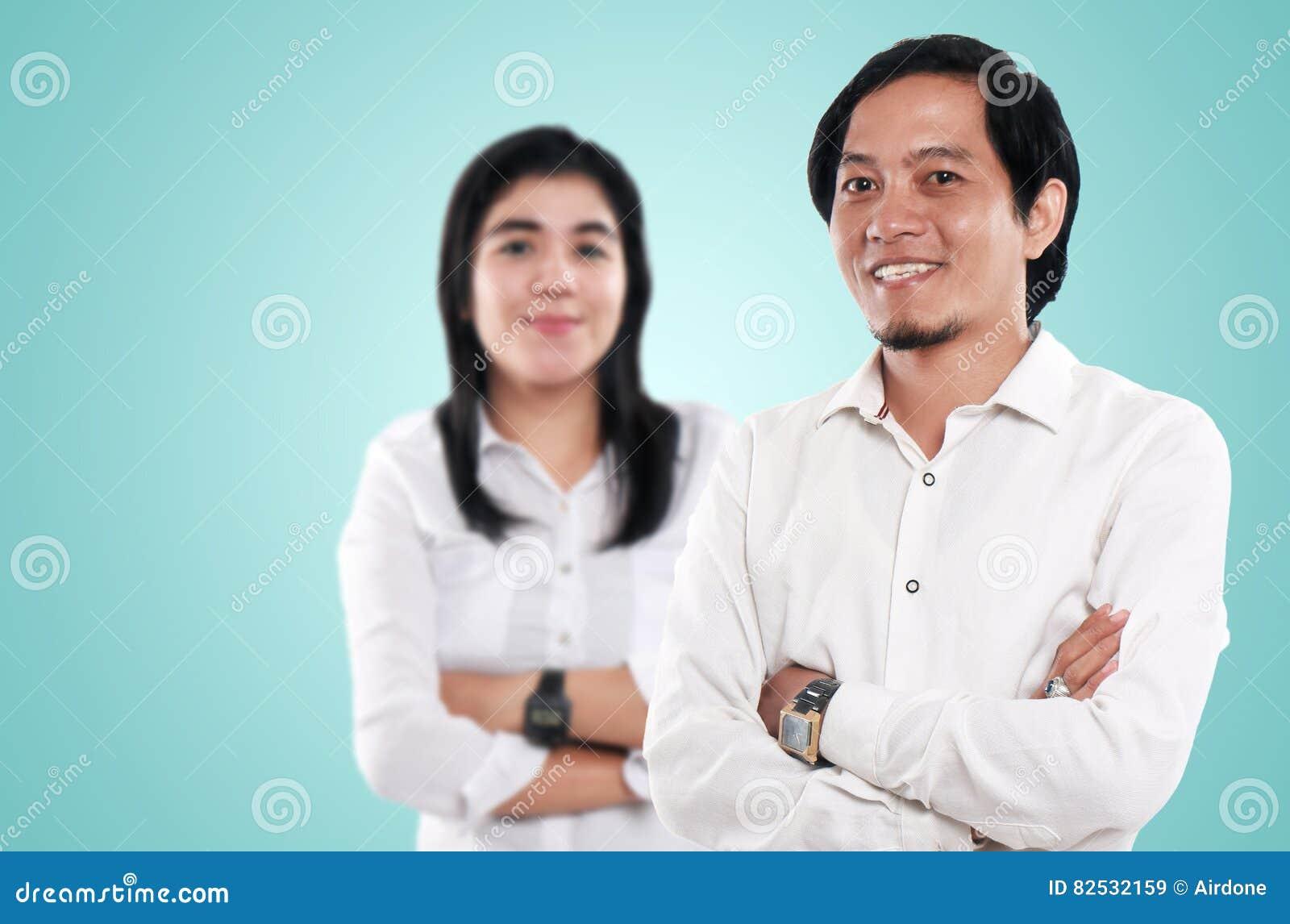 Hombre de negocios y empresaria asiáticos felices