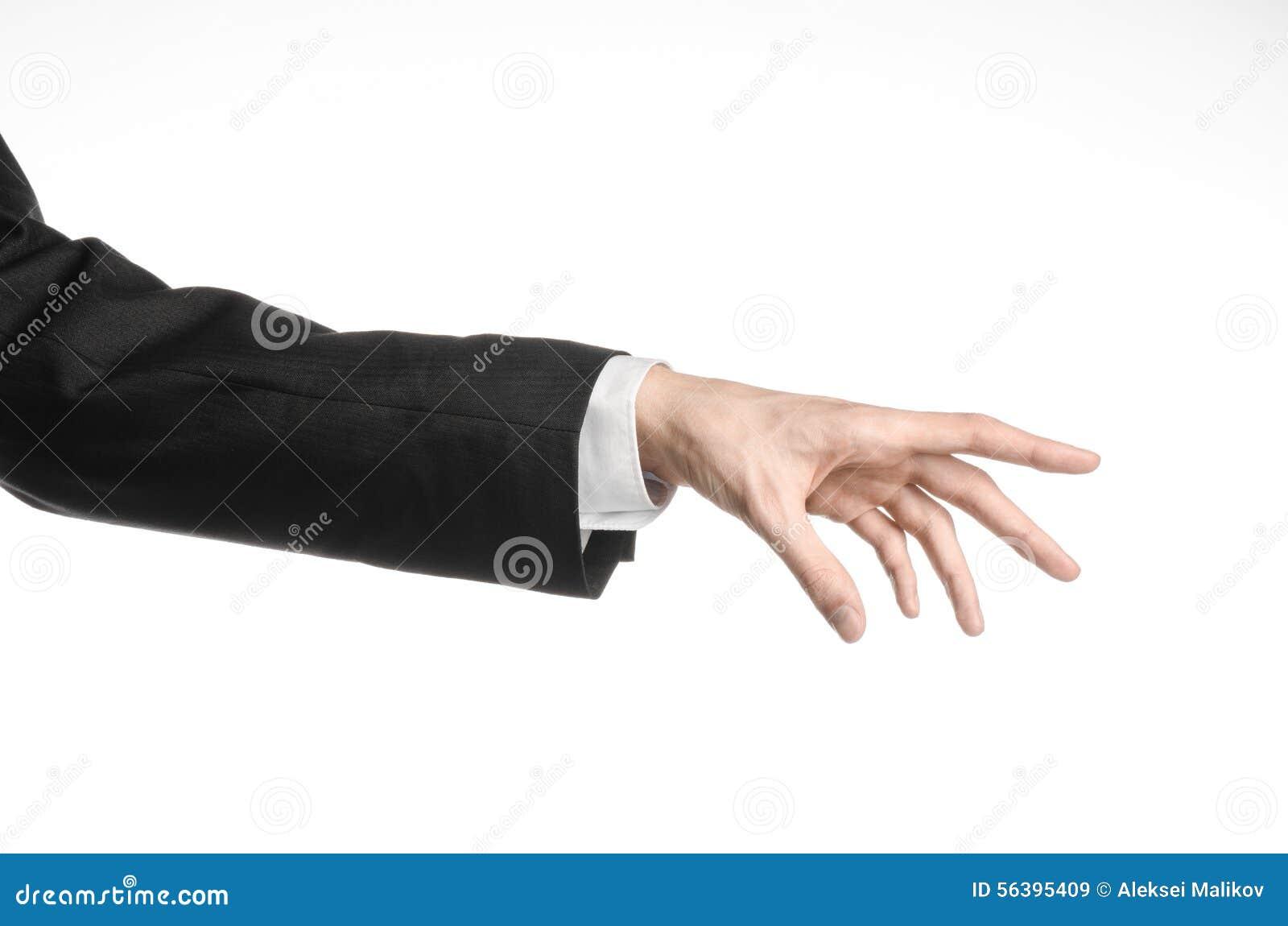 Hombre de negocios y tema del gesto: un hombre en un traje negro y una camisa blanca que muestran gesto de mano en un fondo blanc