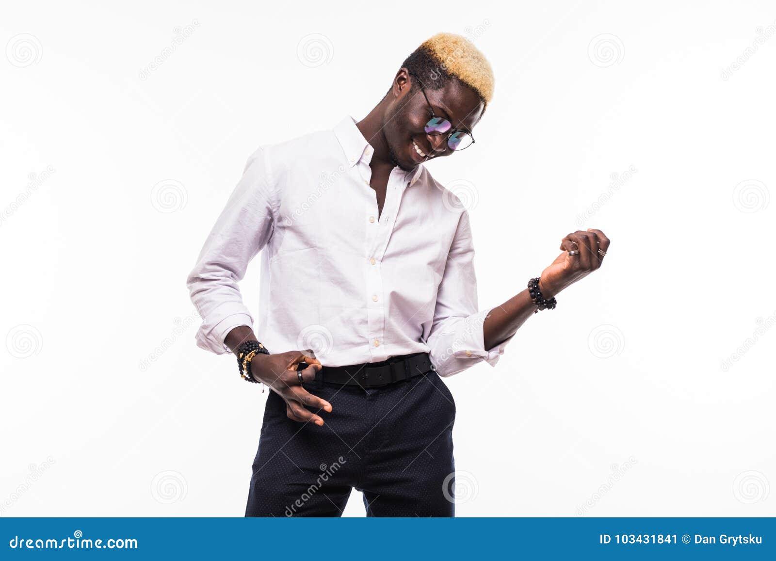 Hombre del Afro que hace gesto de la guitarra en el fondo blanco