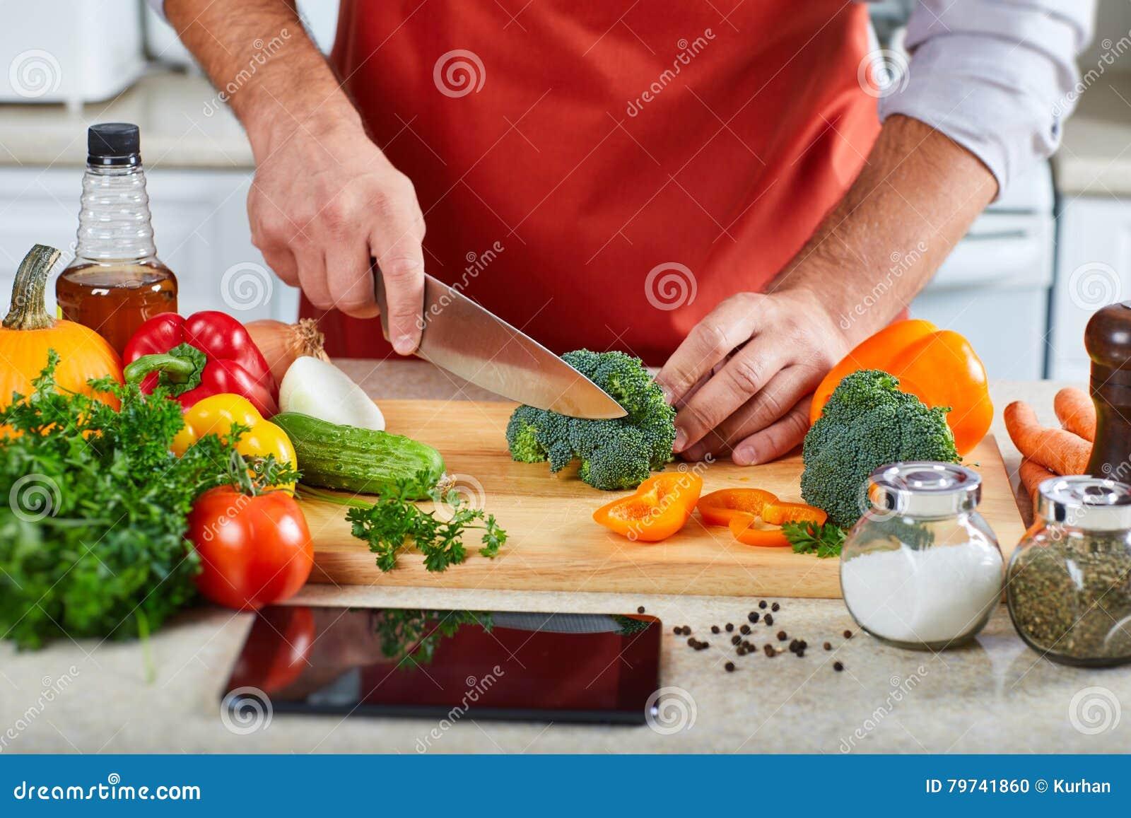Hombre del cocinero que cocina en la cocina