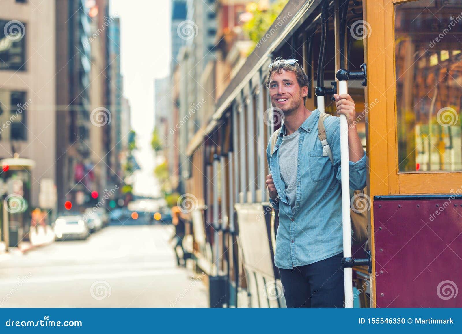 Hombre del inconformista de San Francisco que toma el transporte público del teleférico para el viaje del turismo El estudiante u