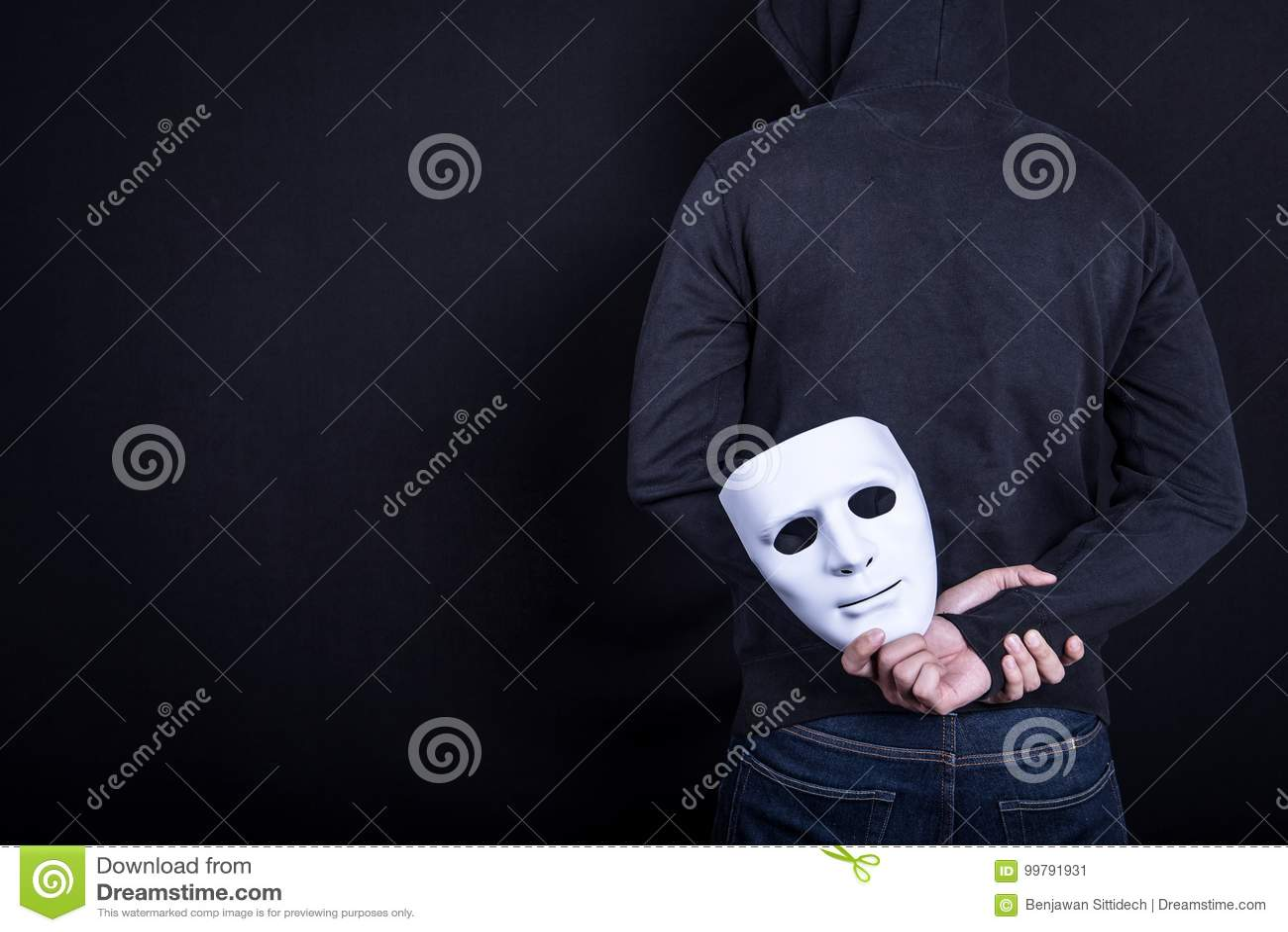 Hombre del misterio que lleva a cabo la máscara blanca en la parte posterior