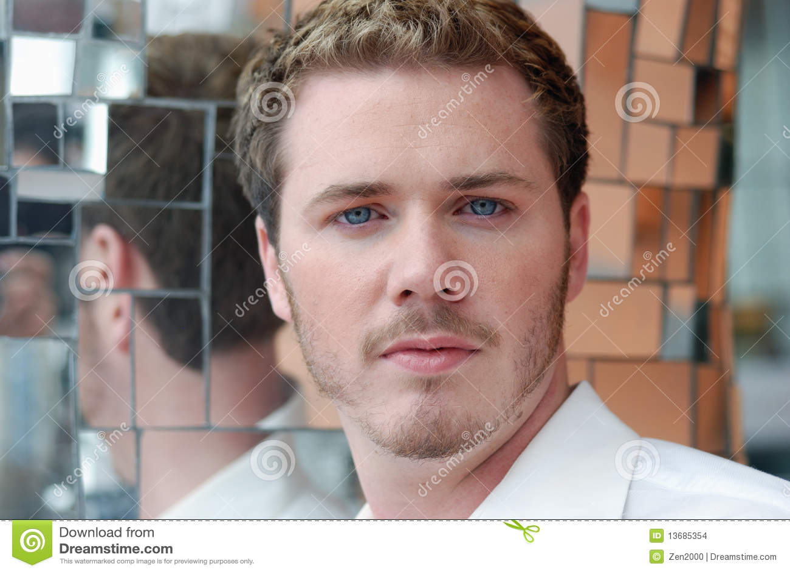 Hombre Del Pelo Rubio Con Los Ojos Azules Foto De Archivo Imagen - Pelo-rubio-hombre