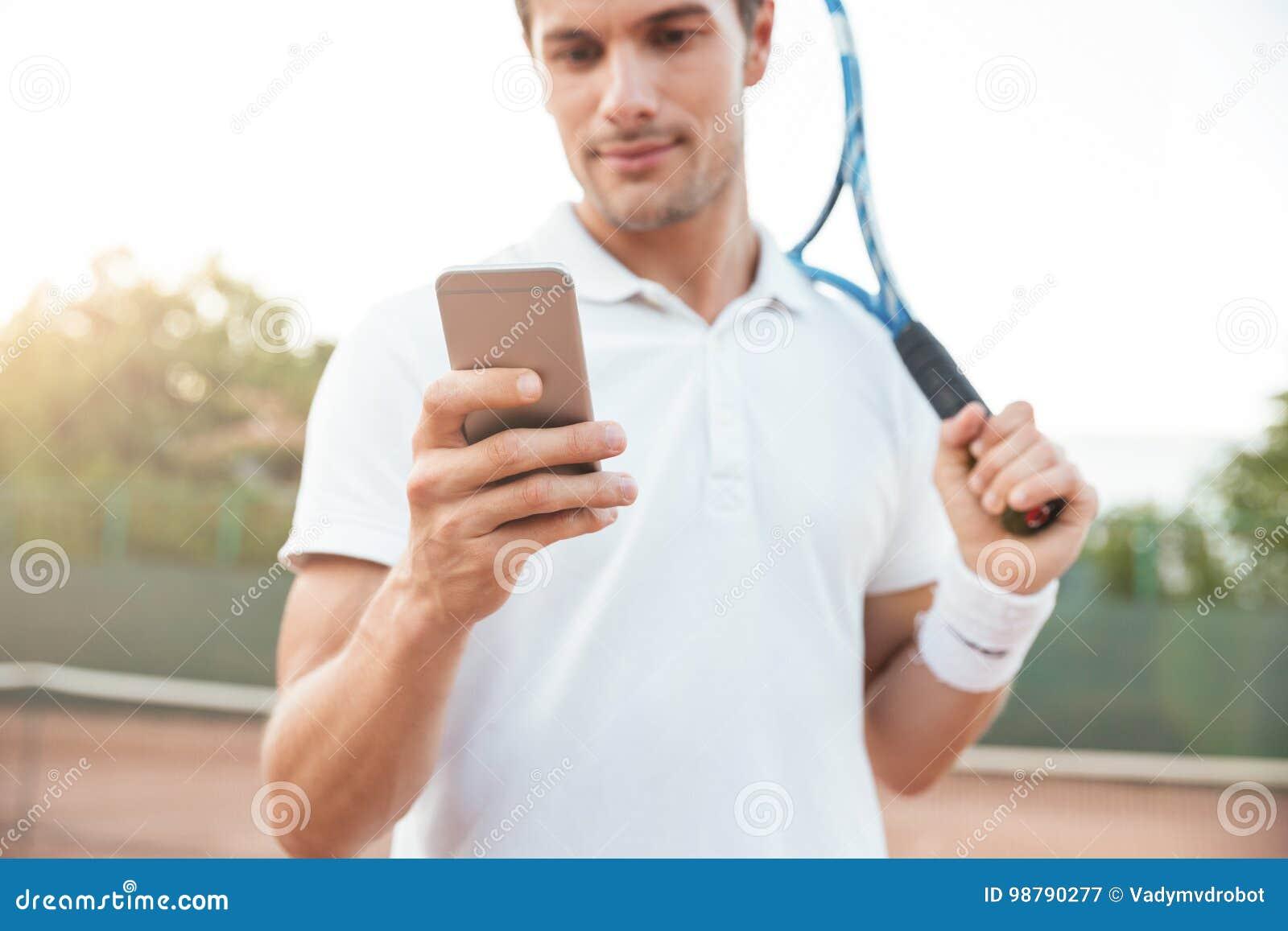 Hombre del tenis con el teléfono