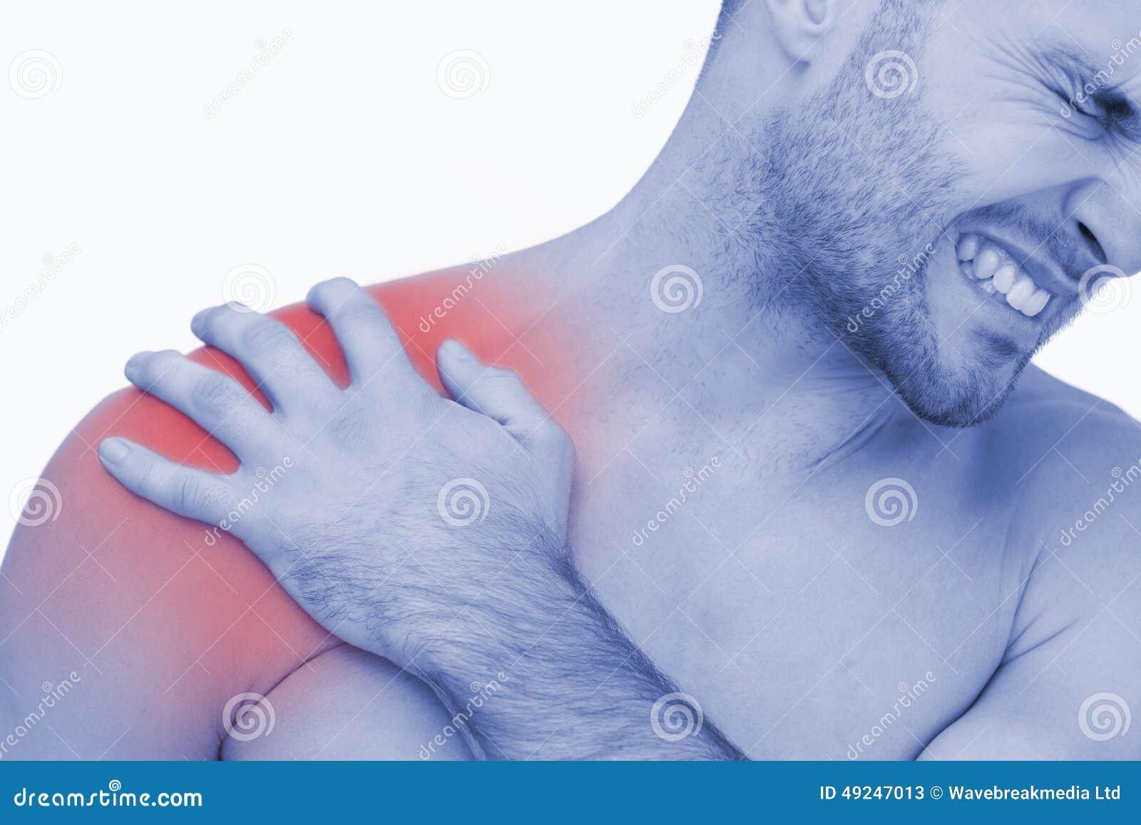 Hombre descamisado joven con dolor del hombro