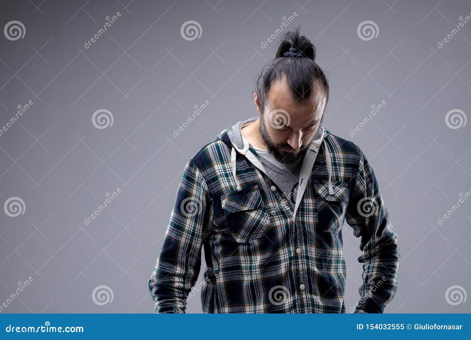 Hombre desmotivado deprimido que mira fijamente el piso