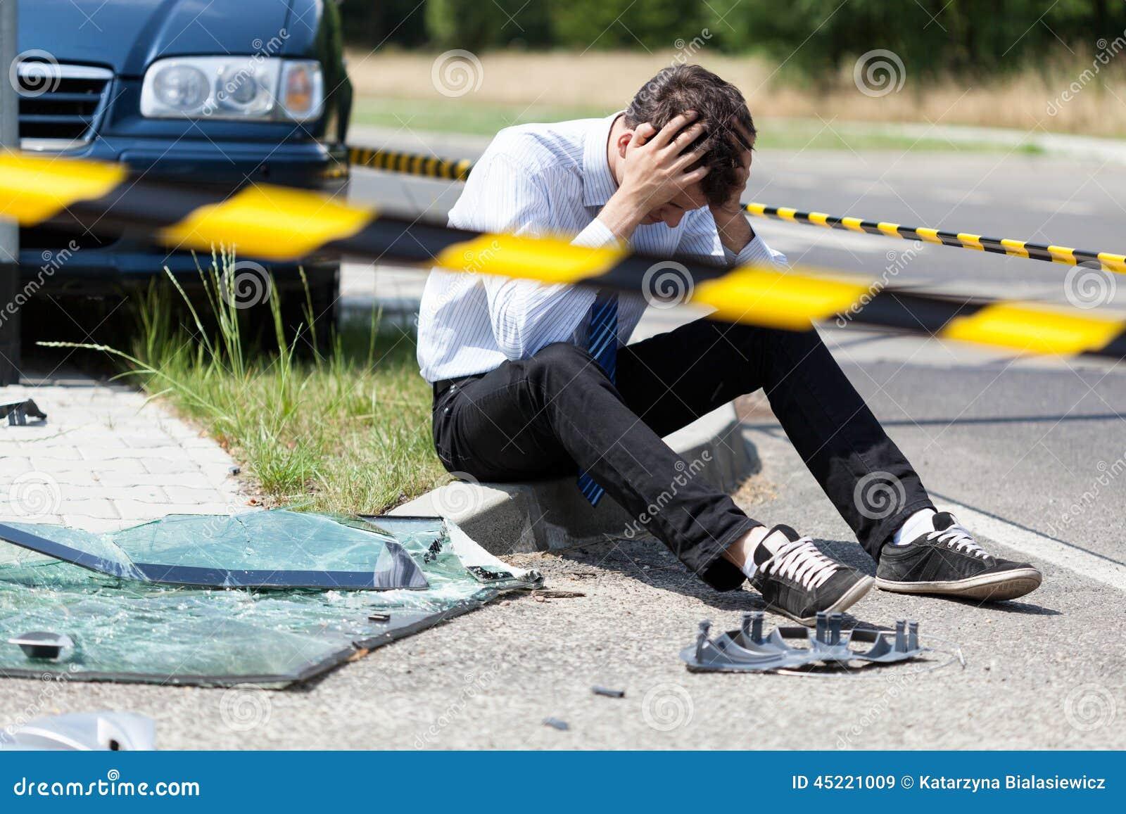 Hombre después del accidente de tráfico