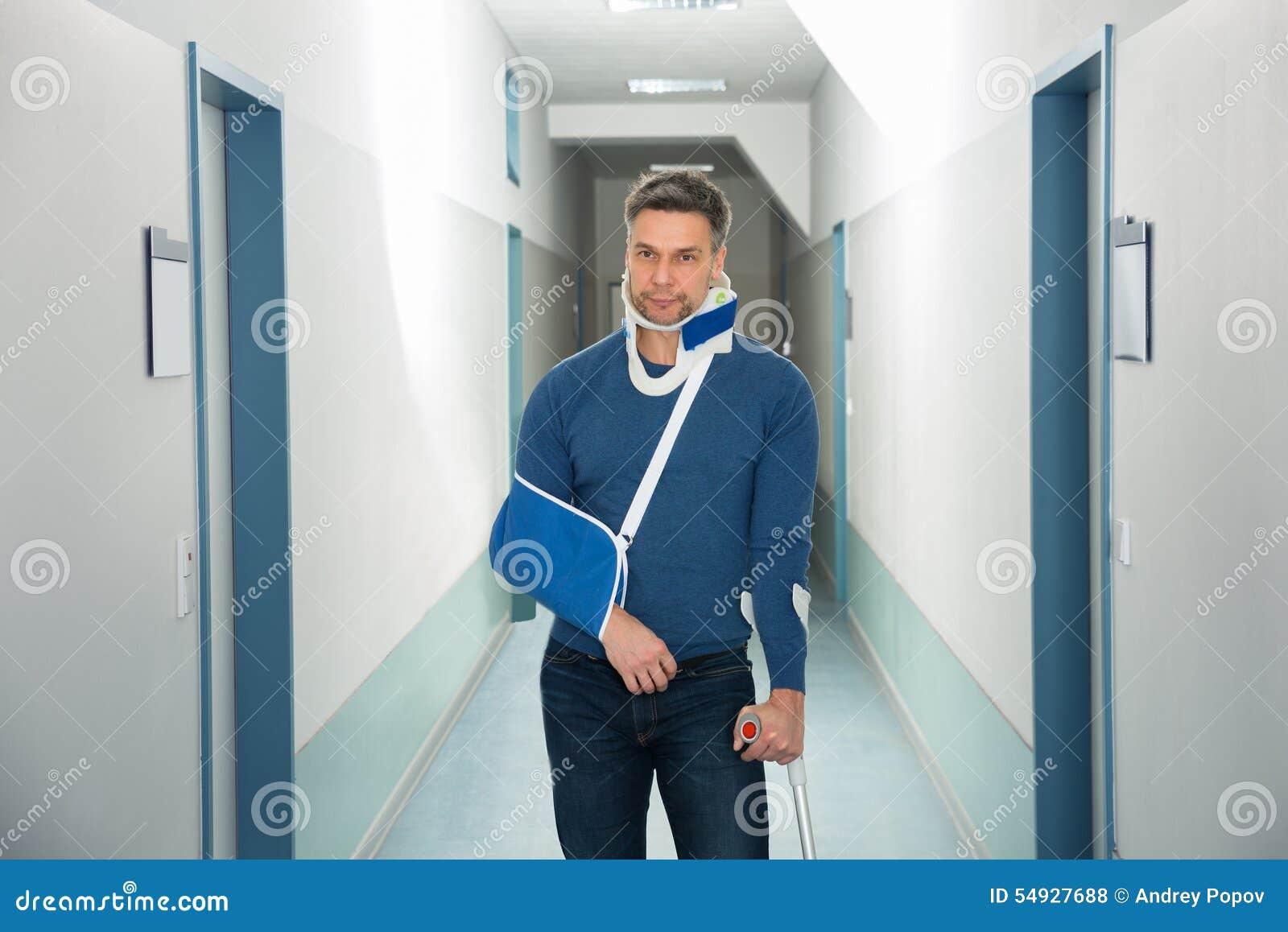 Hombre discapacitado en hospital