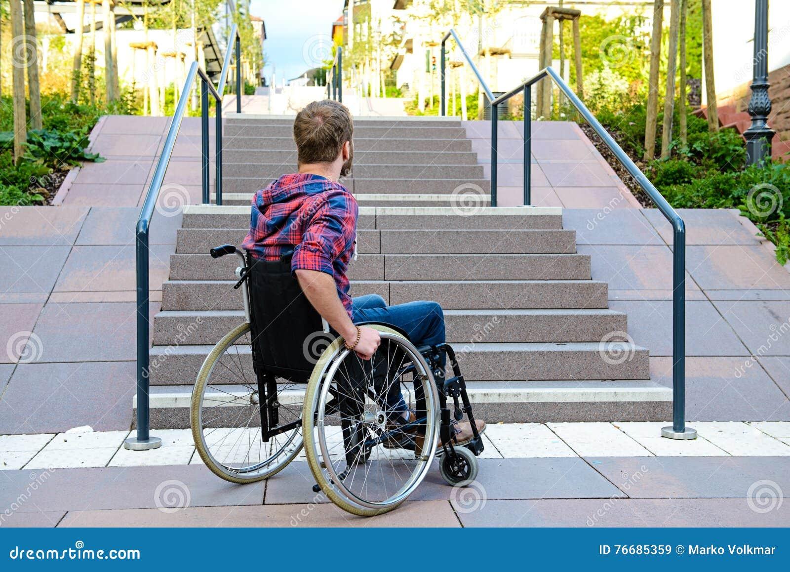Hombre discapacitado en silla de ruedas delante de las for Sillas para subir y bajar escaleras