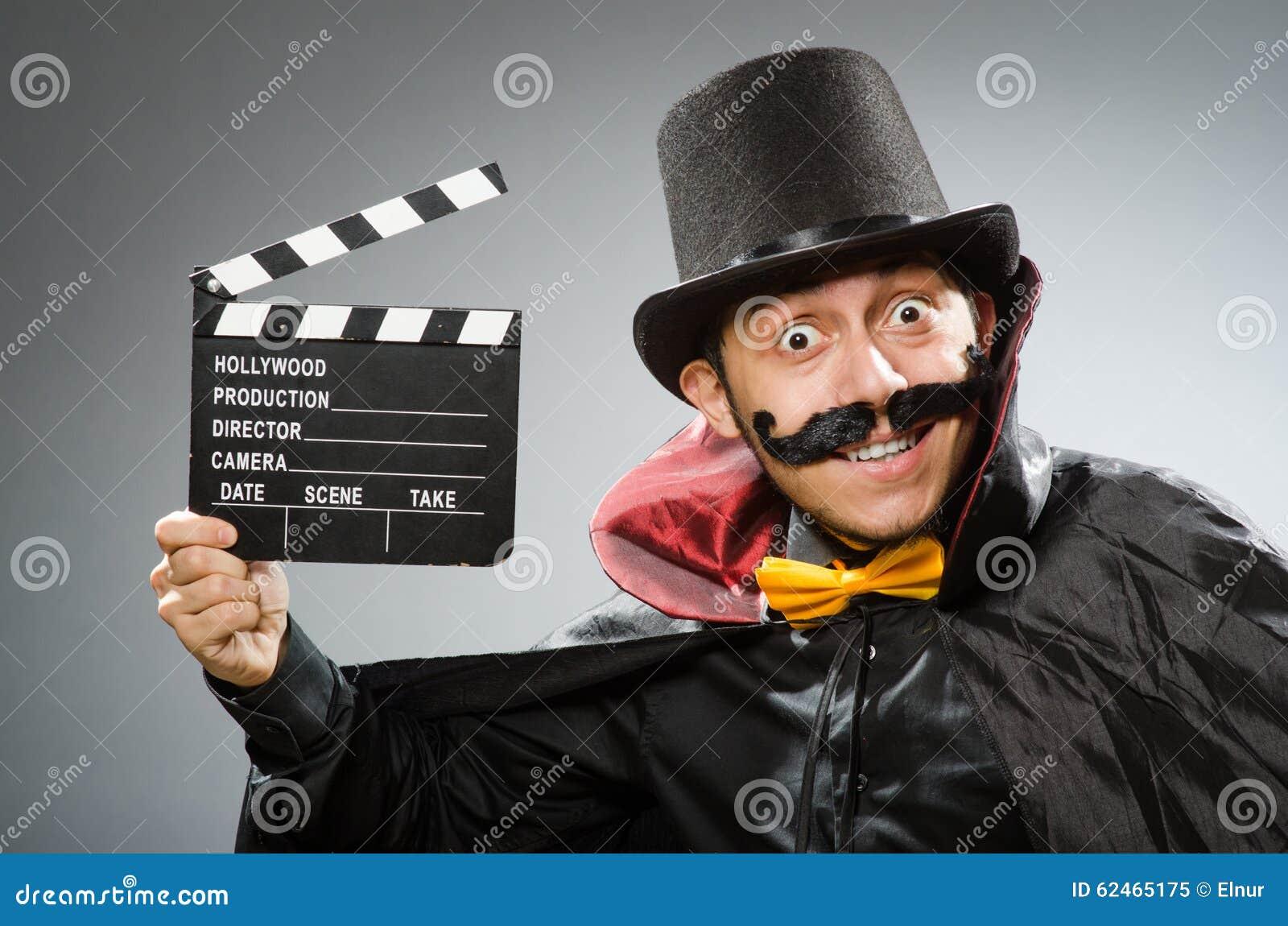Hombre divertido con la tablilla de la película