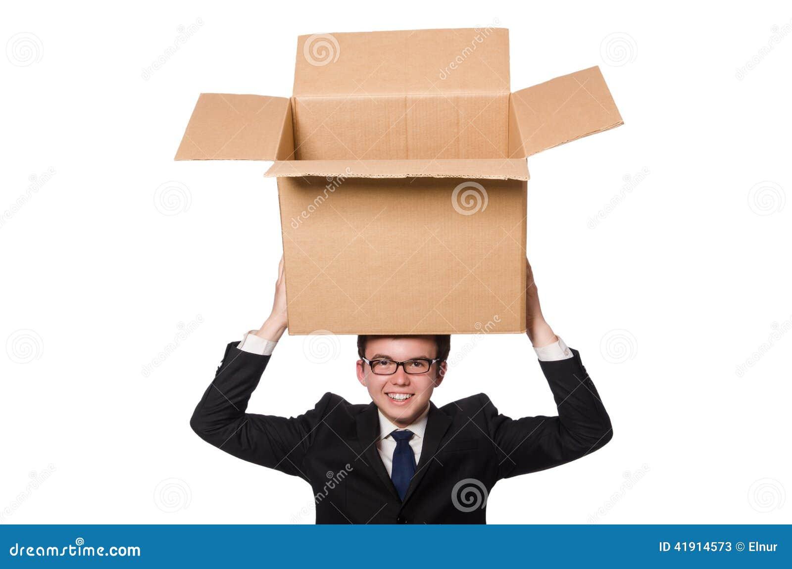 Hombre divertido con las cajas aisladas