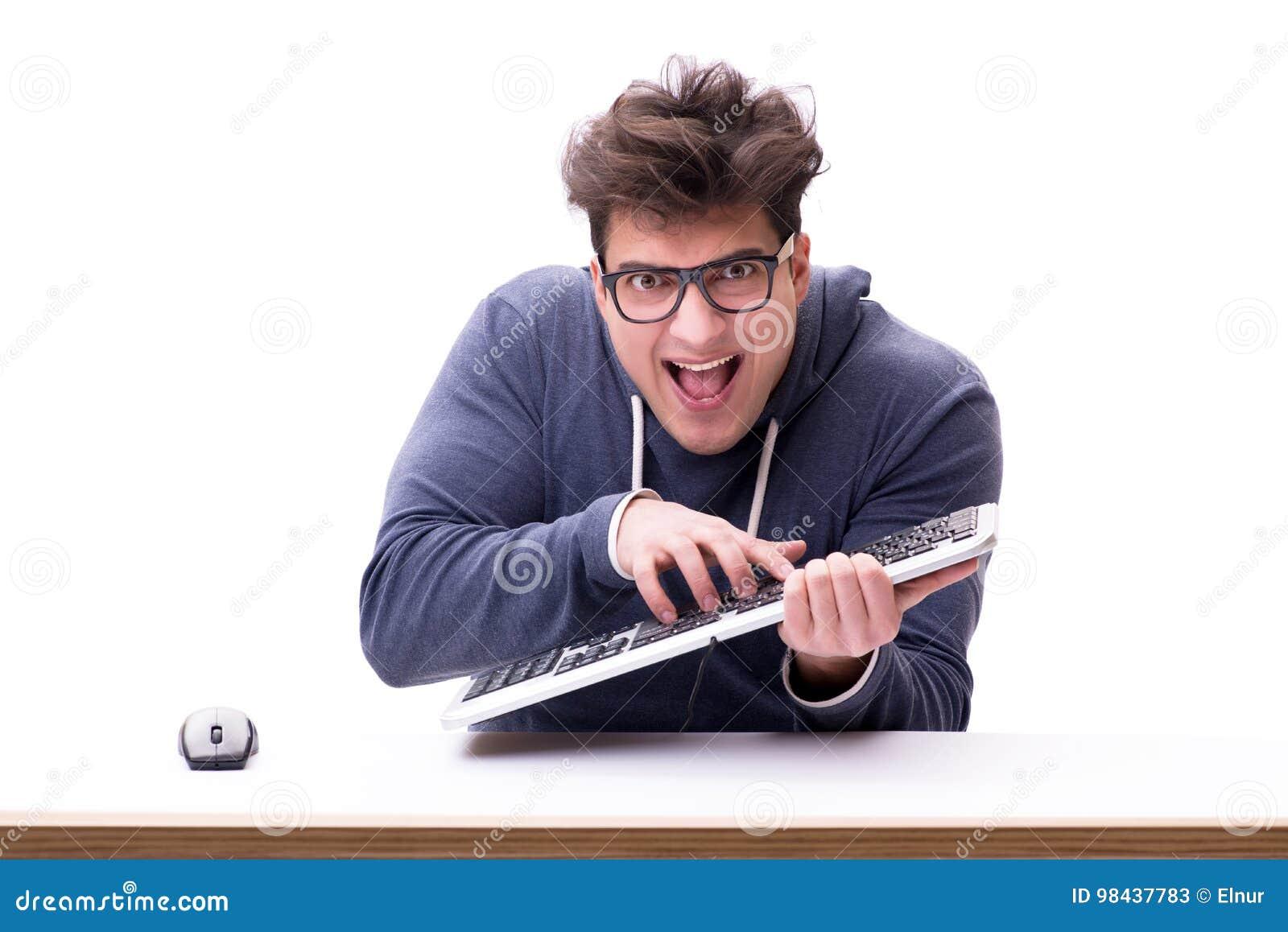 Hombre divertido del empollón que trabaja en el ordenador aislado en blanco