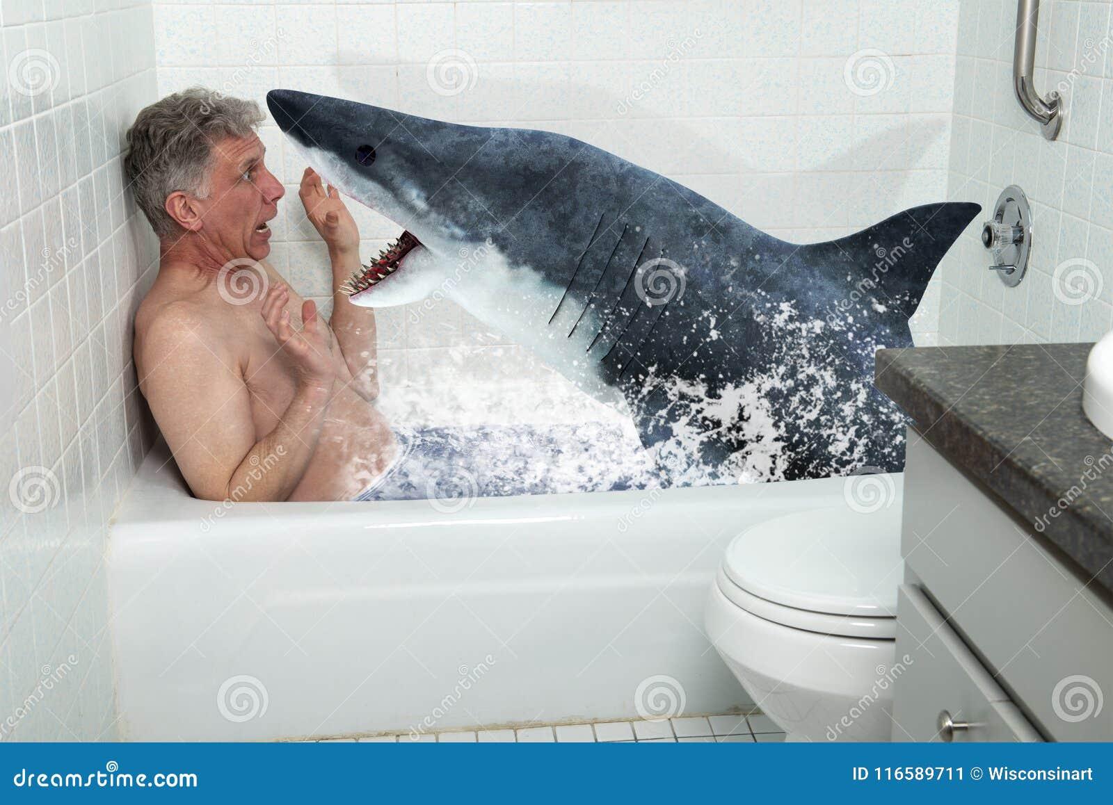 Hombre divertido, tina, bañera, tiburón, bañándose