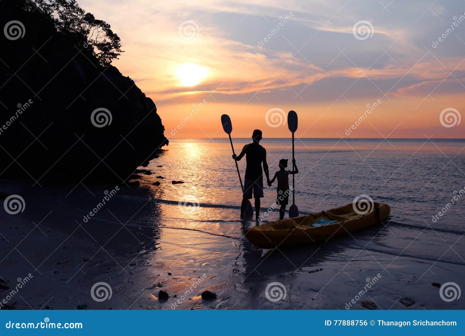 Hombre E Hija Kayaking En La Playa Foto de archivo
