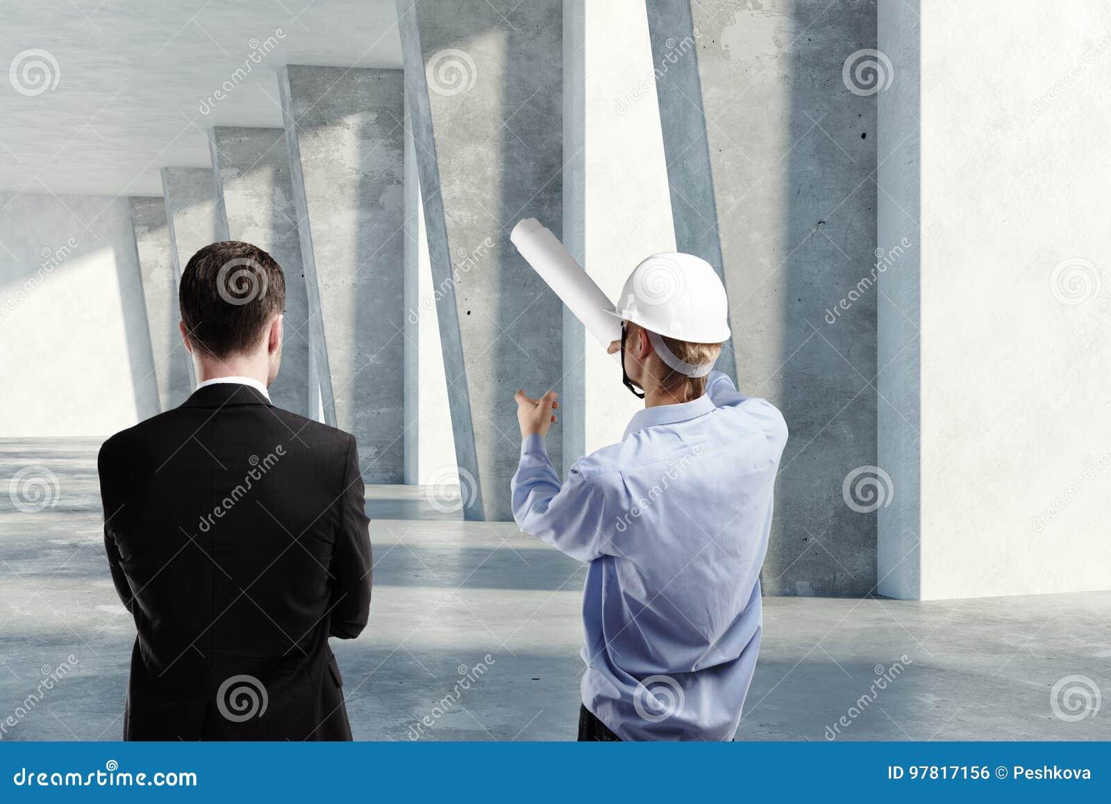 Hombre e ingeniero que discuten proyecto