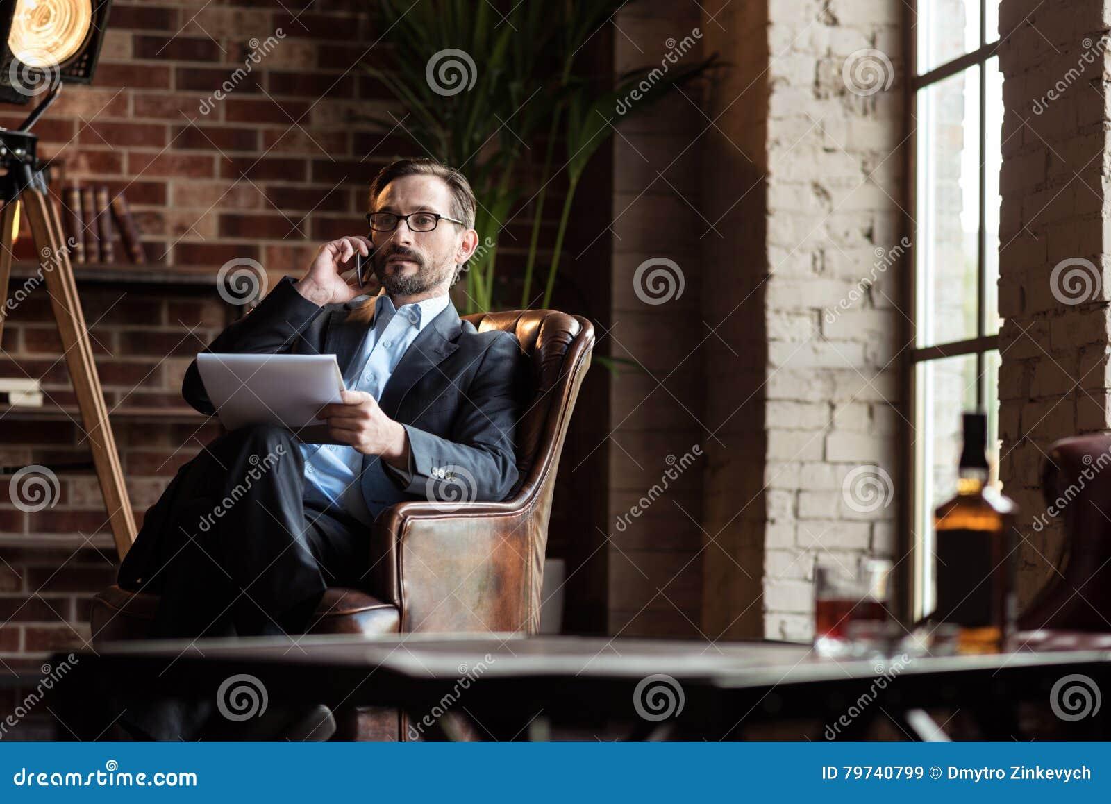 Hombre elegante independiente que habla en el teléfono