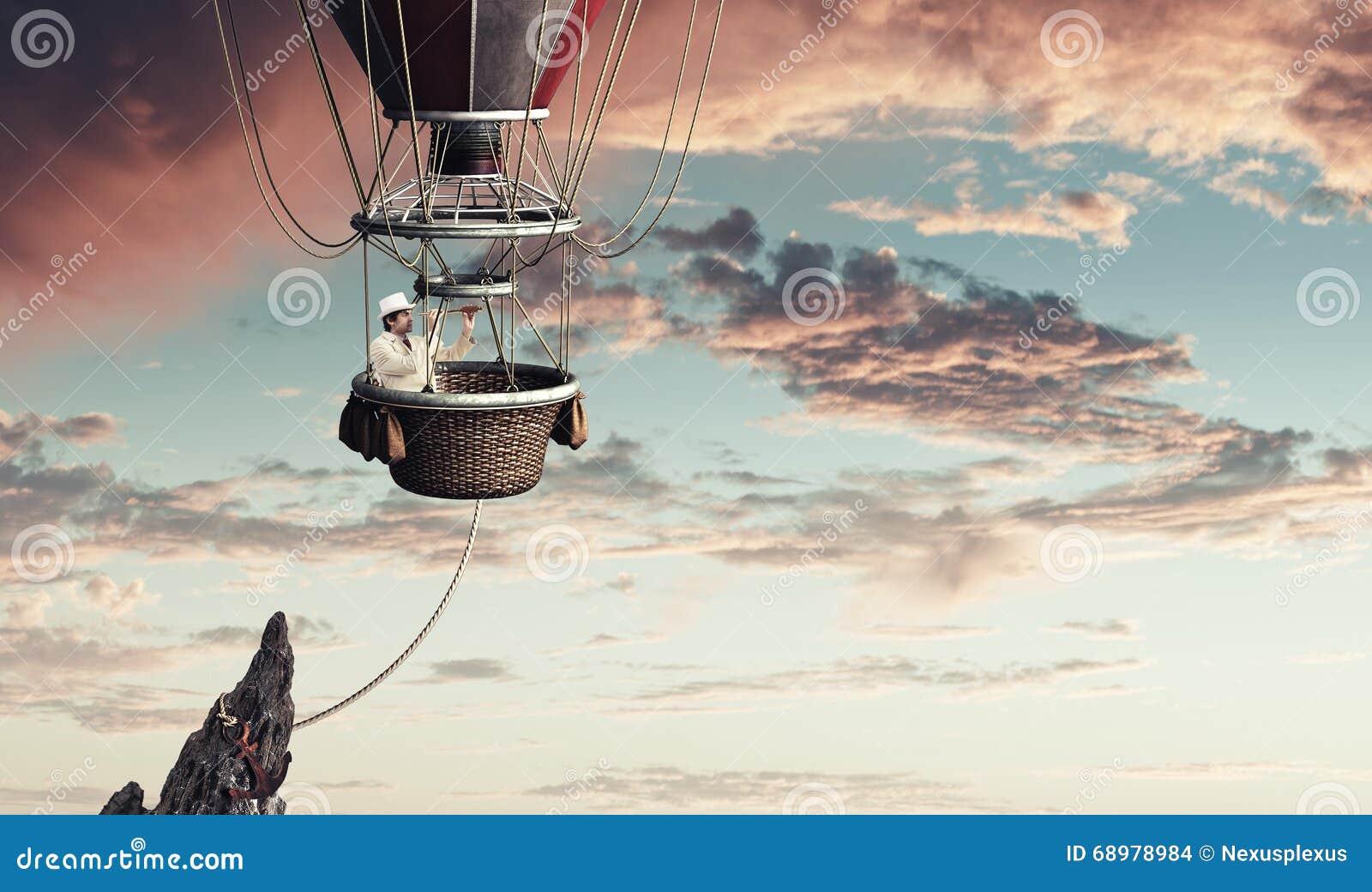 Hombre elegante que viaja en aerostato