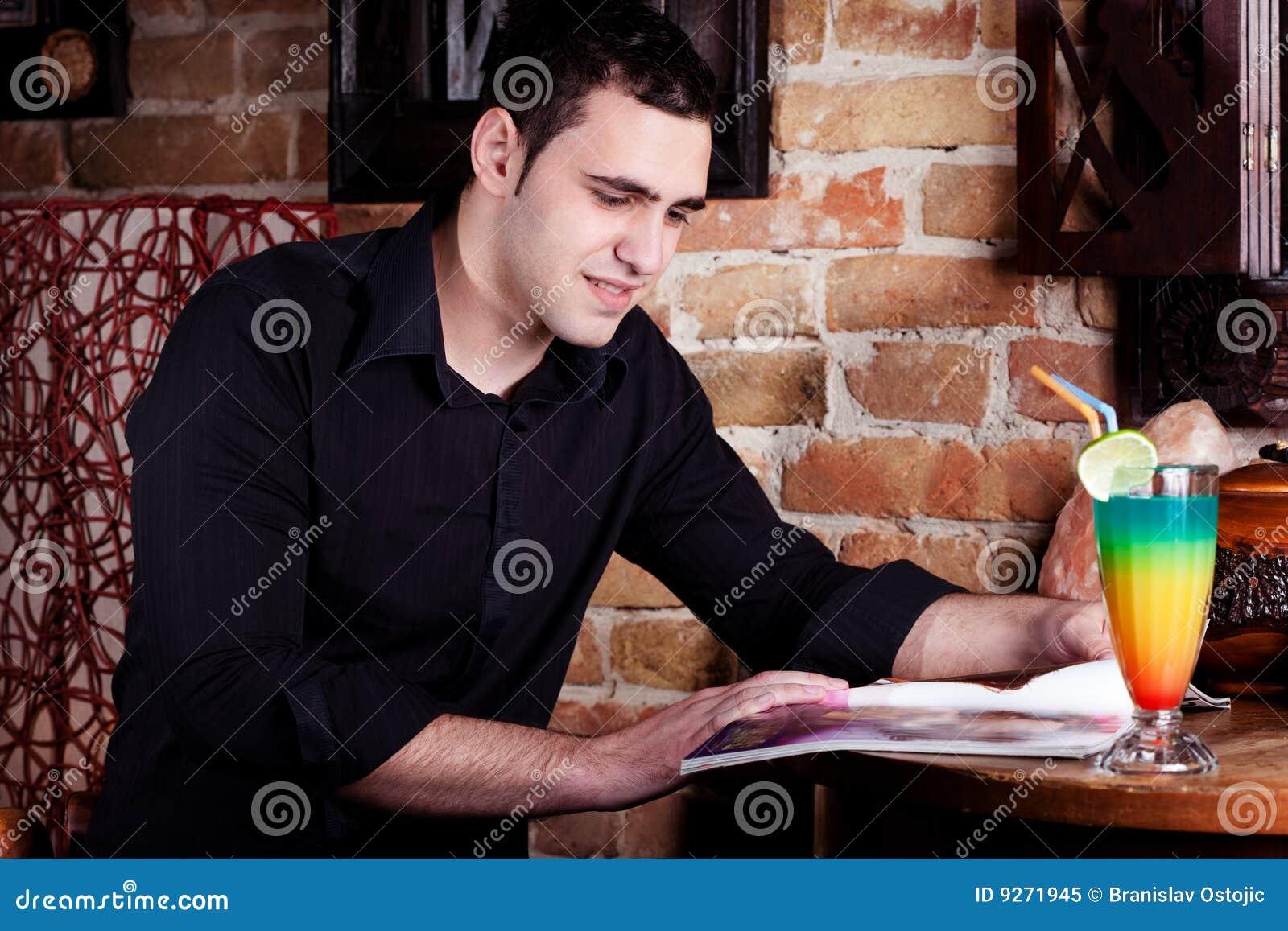 Hombre en café