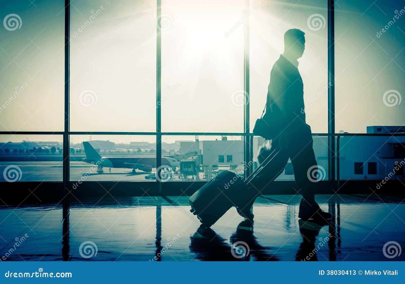 Hombre en el aeropuerto con la maleta