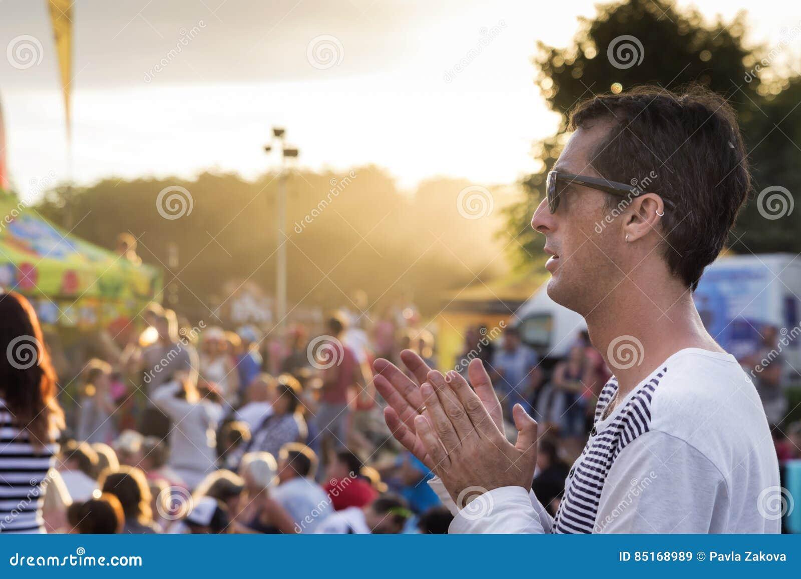 Hombre en el concierto o el festival del verano
