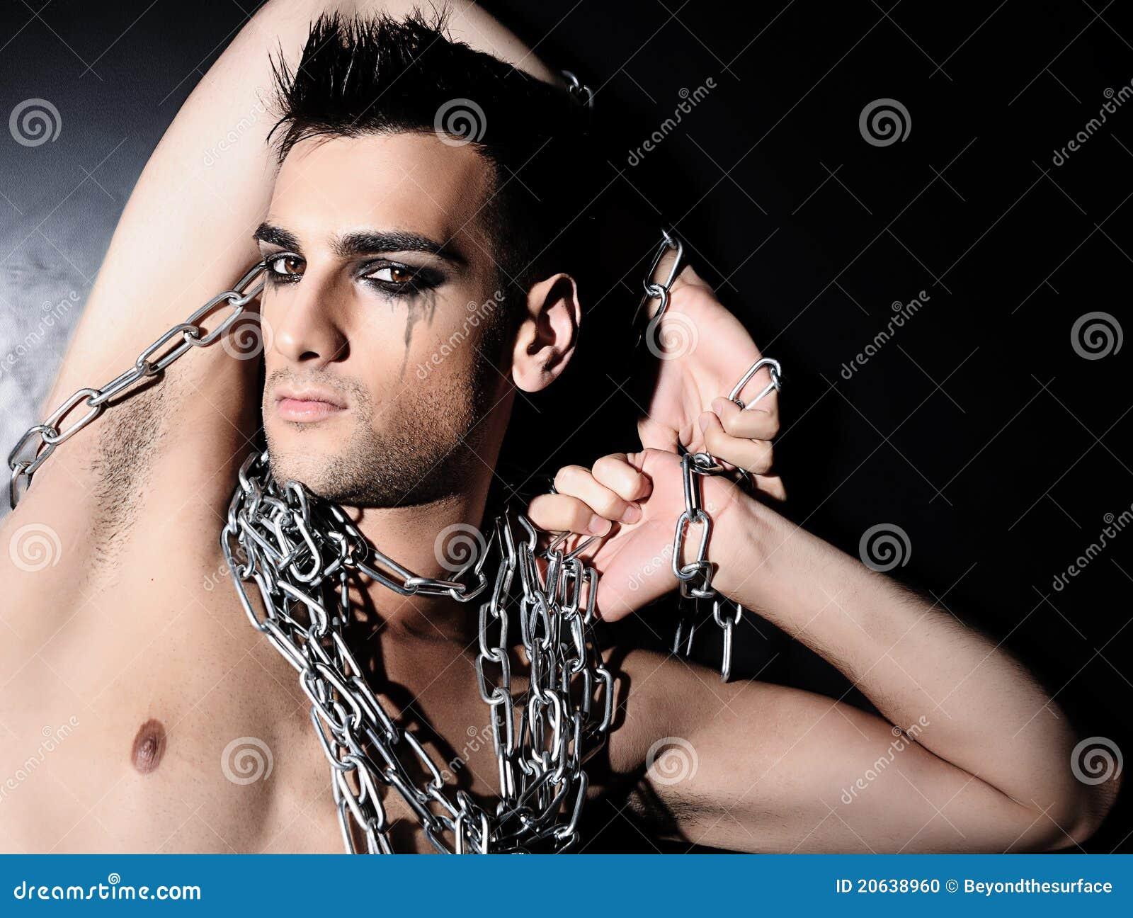 Hombre en encadenamientos