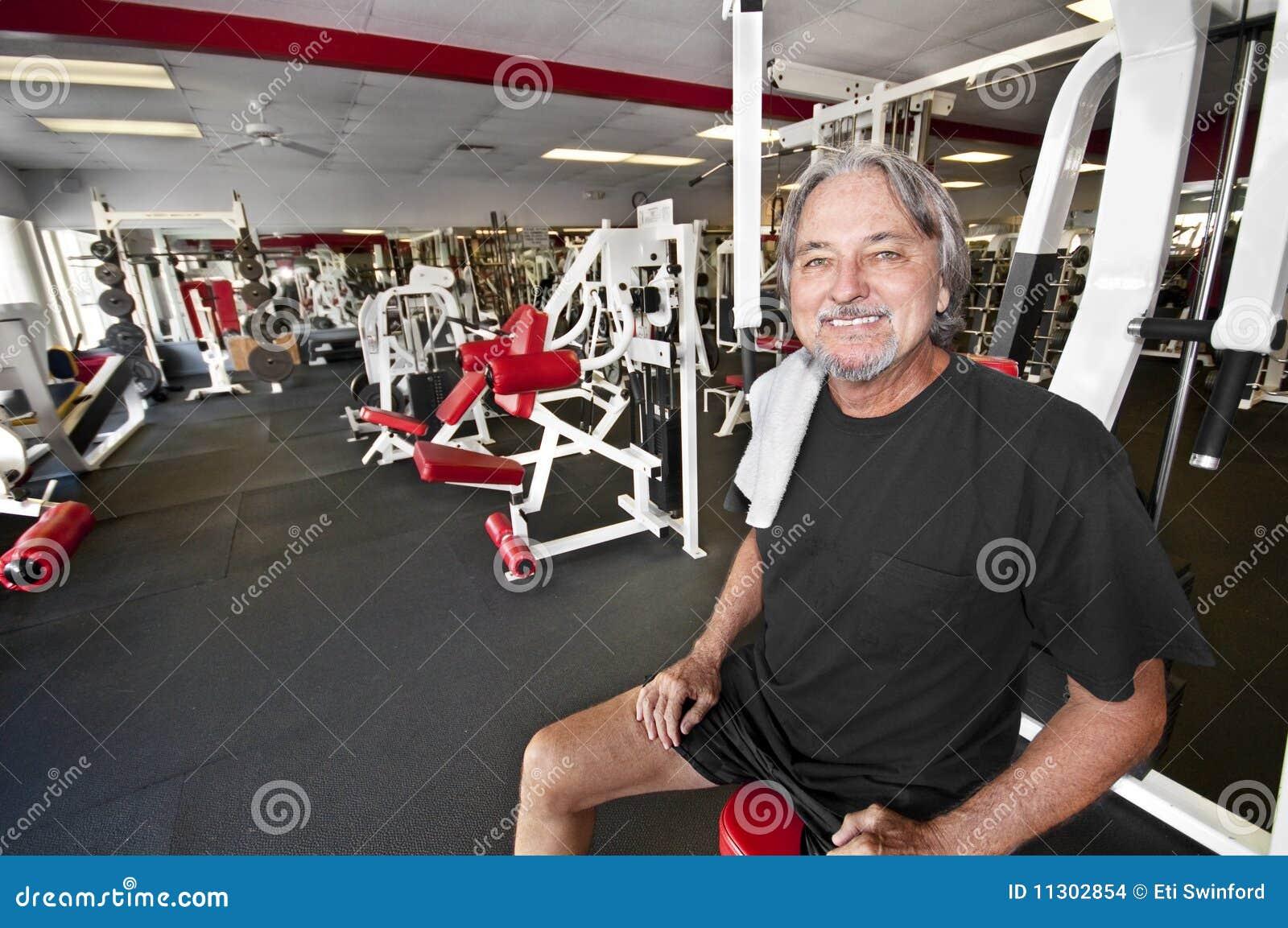 Hombre en gimnasia