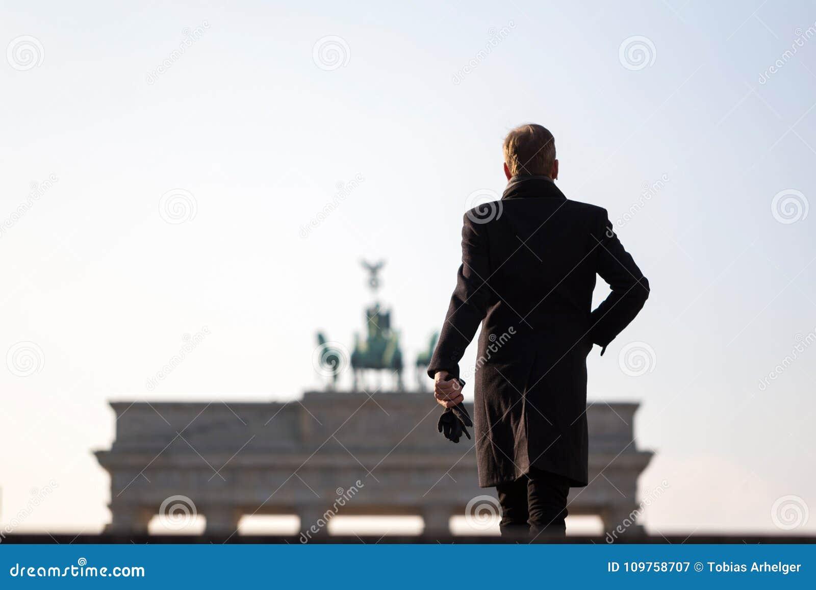 Hombre en la puerta de Brandeburgo Berlín Alemania