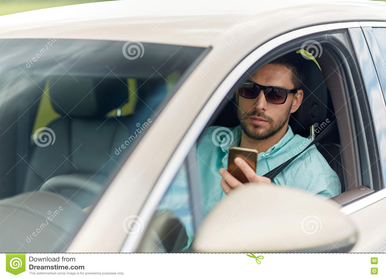 168b15c8d8 Viaje por carretera, transporte, viaje, tecnología y concepto de la gente -  hombre en las gafas de sol que conducen el coche con smartphone