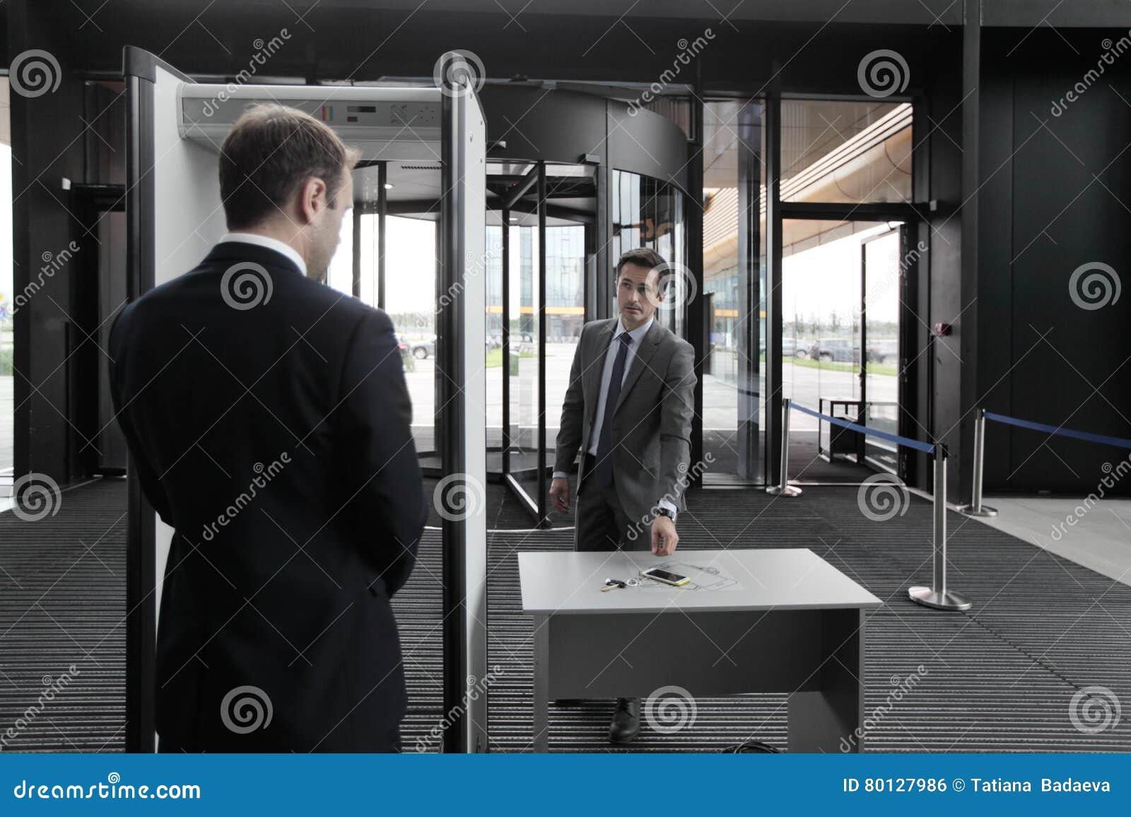 Hombre en las puertas de seguridad aeroportuaria