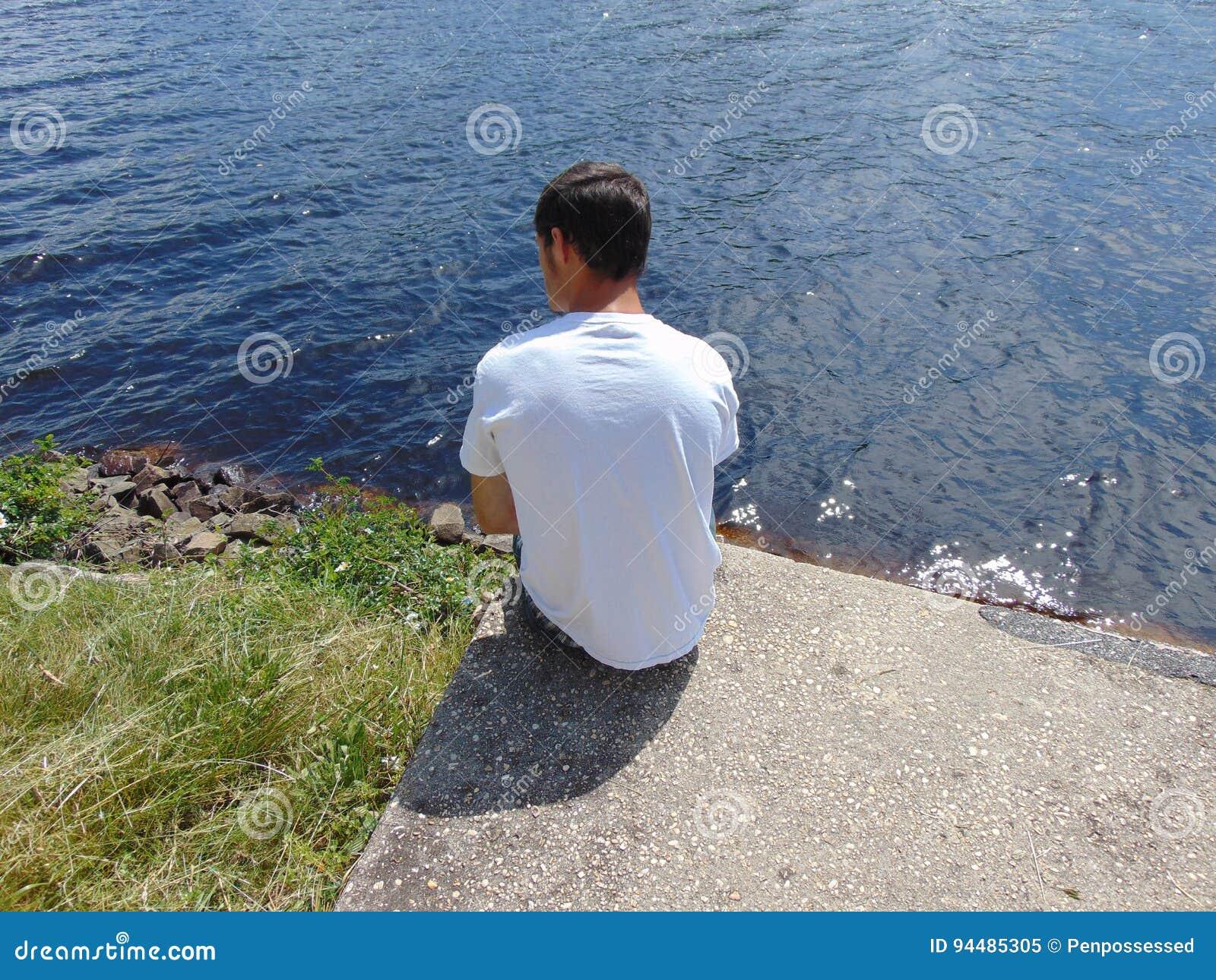 Hombre en orilla