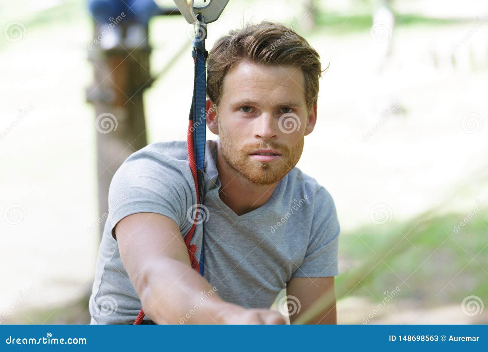 Hombre en parque de la cuerda