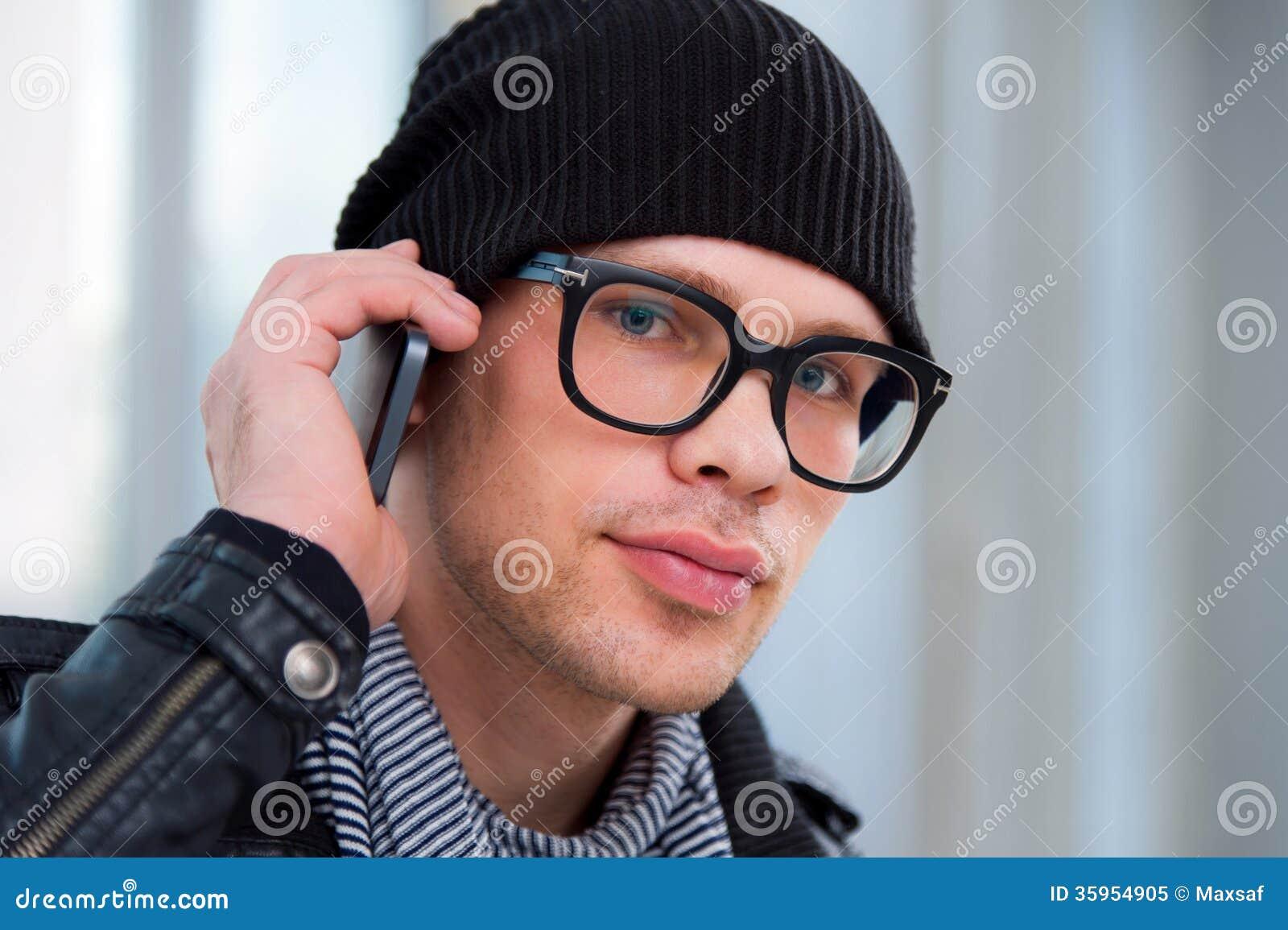 Hombre en ropa casual que habla en el teléfono