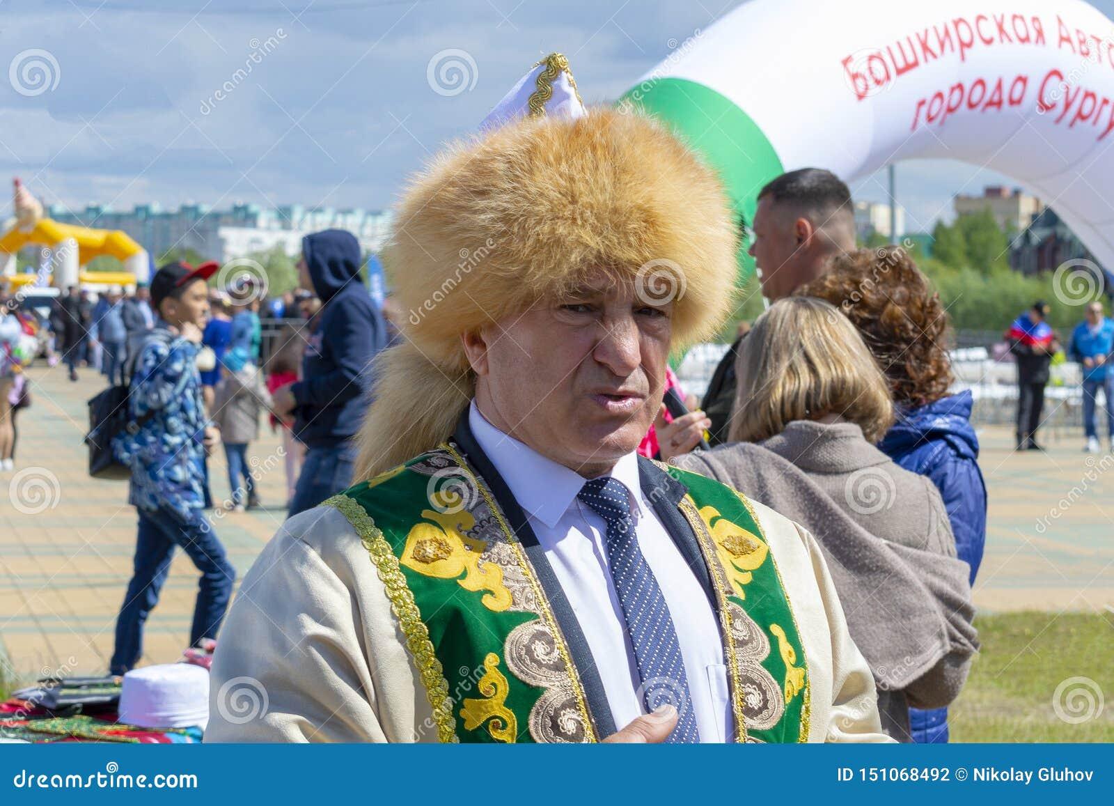 Hombre en ropa nacional bashkir