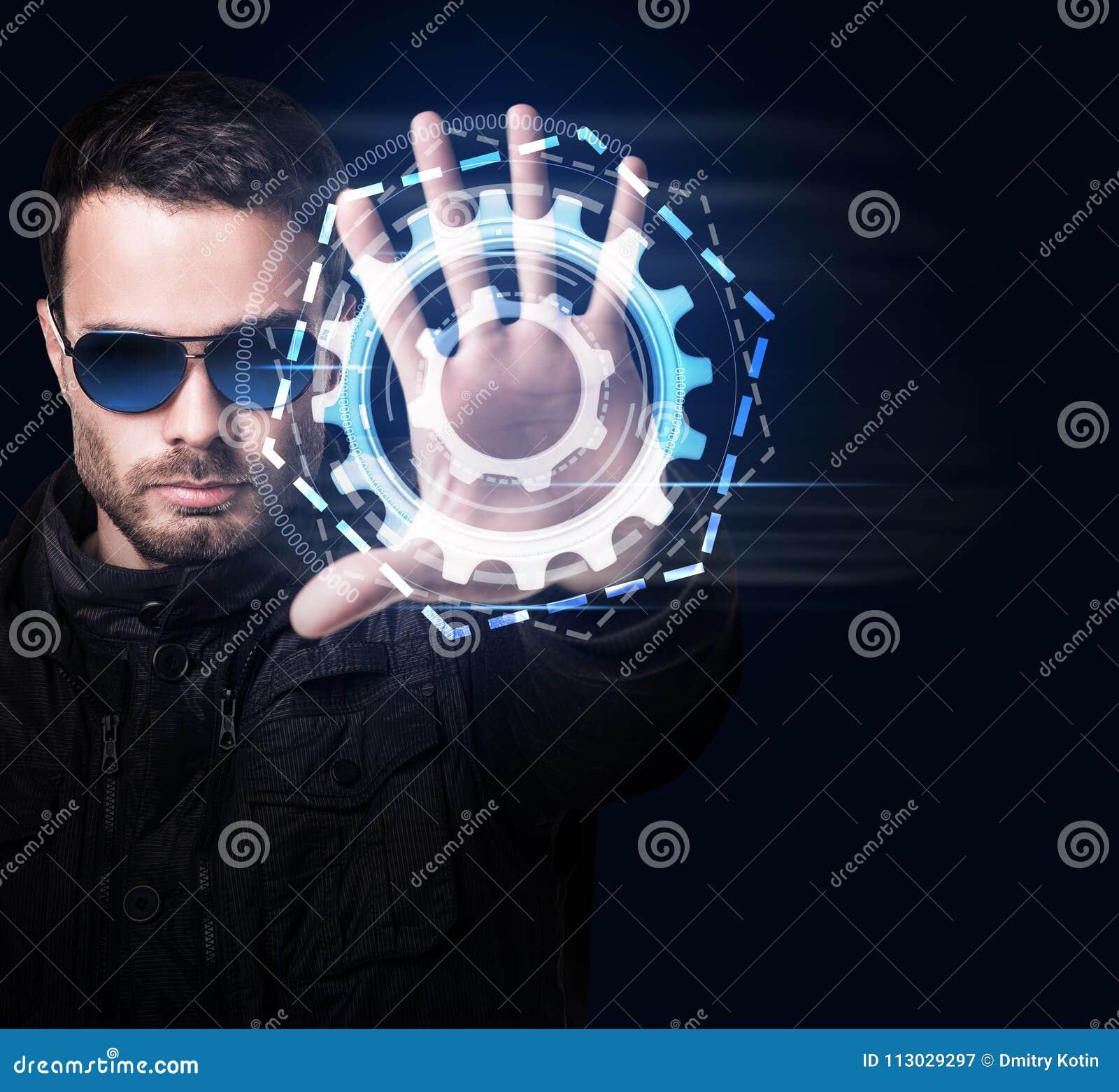 Hombre en sistema virtual de los controles de las gafas de sol a mano