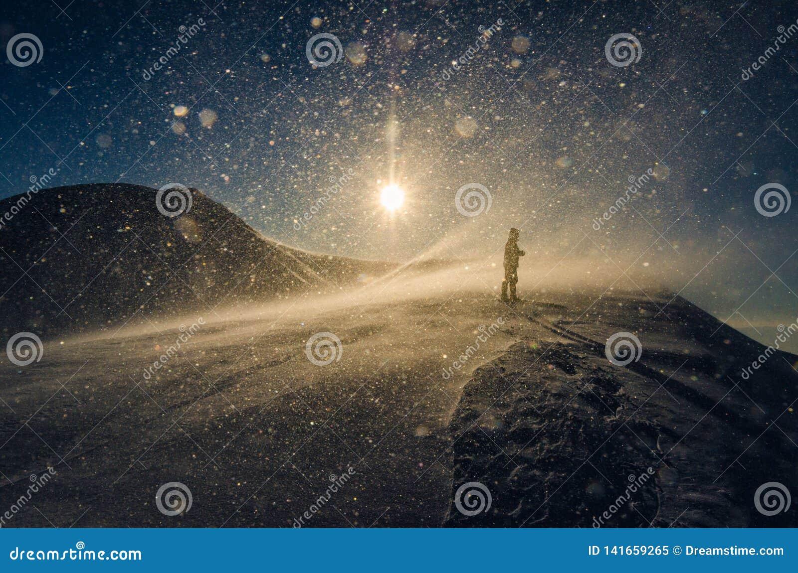 Hombre en tormenta de la nieve