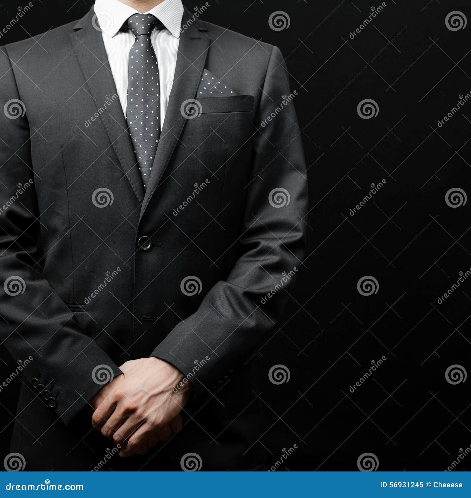 Hombre En Traje En Un Fondo Negro Imagen de archivo - Imagen de ... 451b9254786