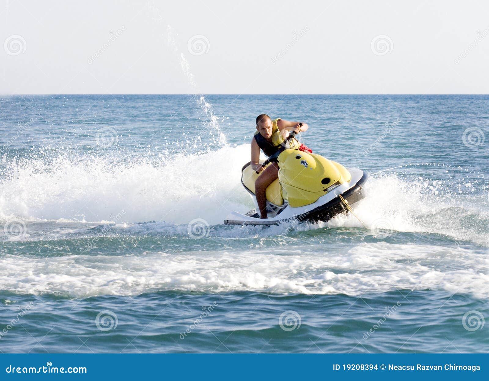 Hombre en un esquí del jet