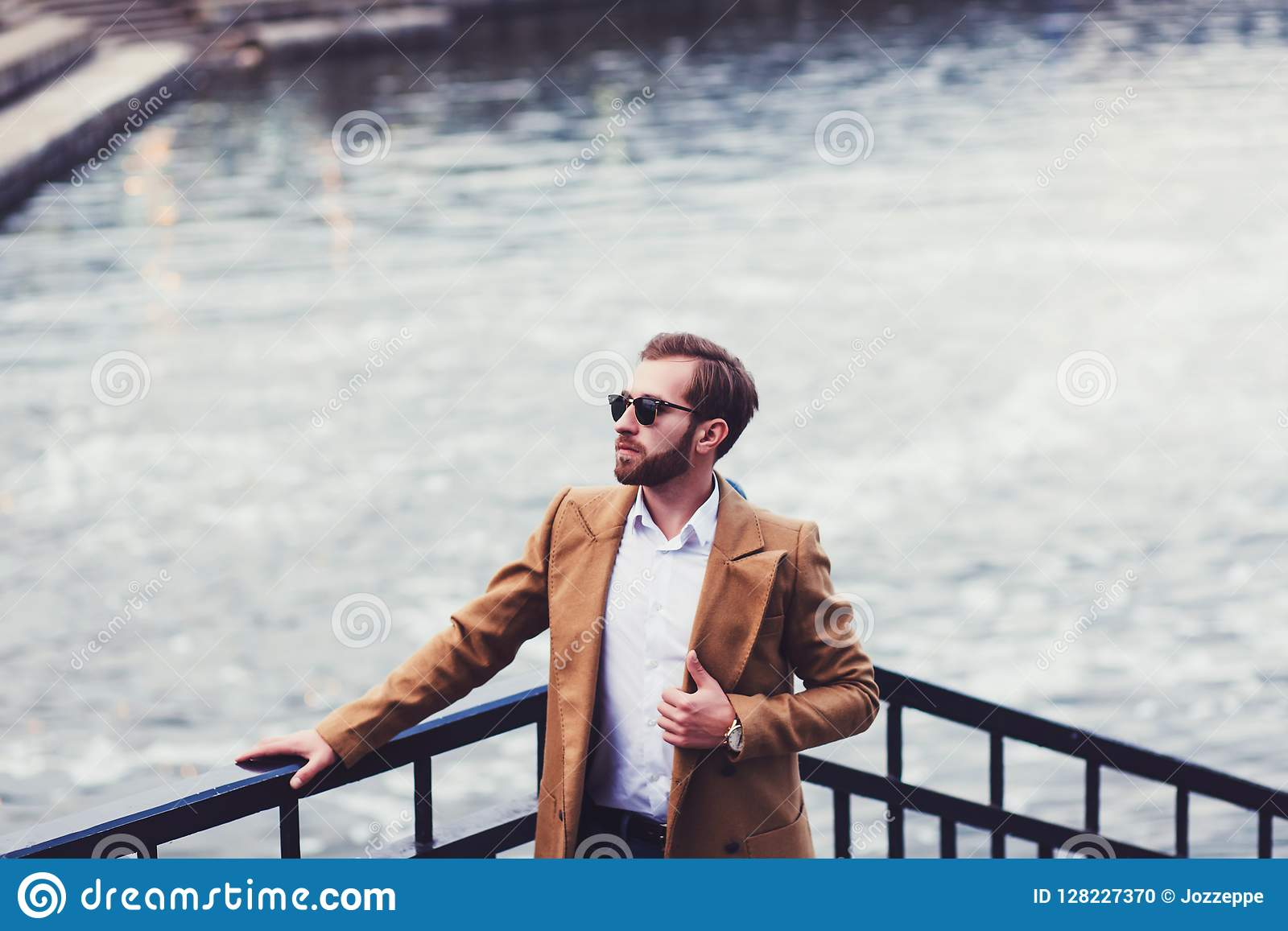 Hombre en una capa brillante
